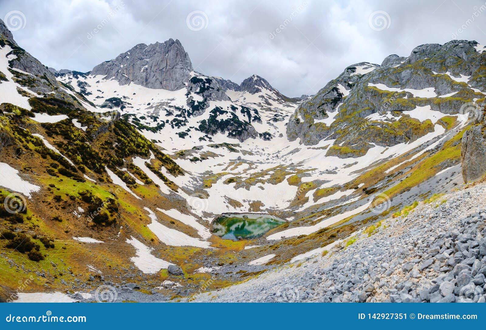 Piccolo lago della montagna in montagne