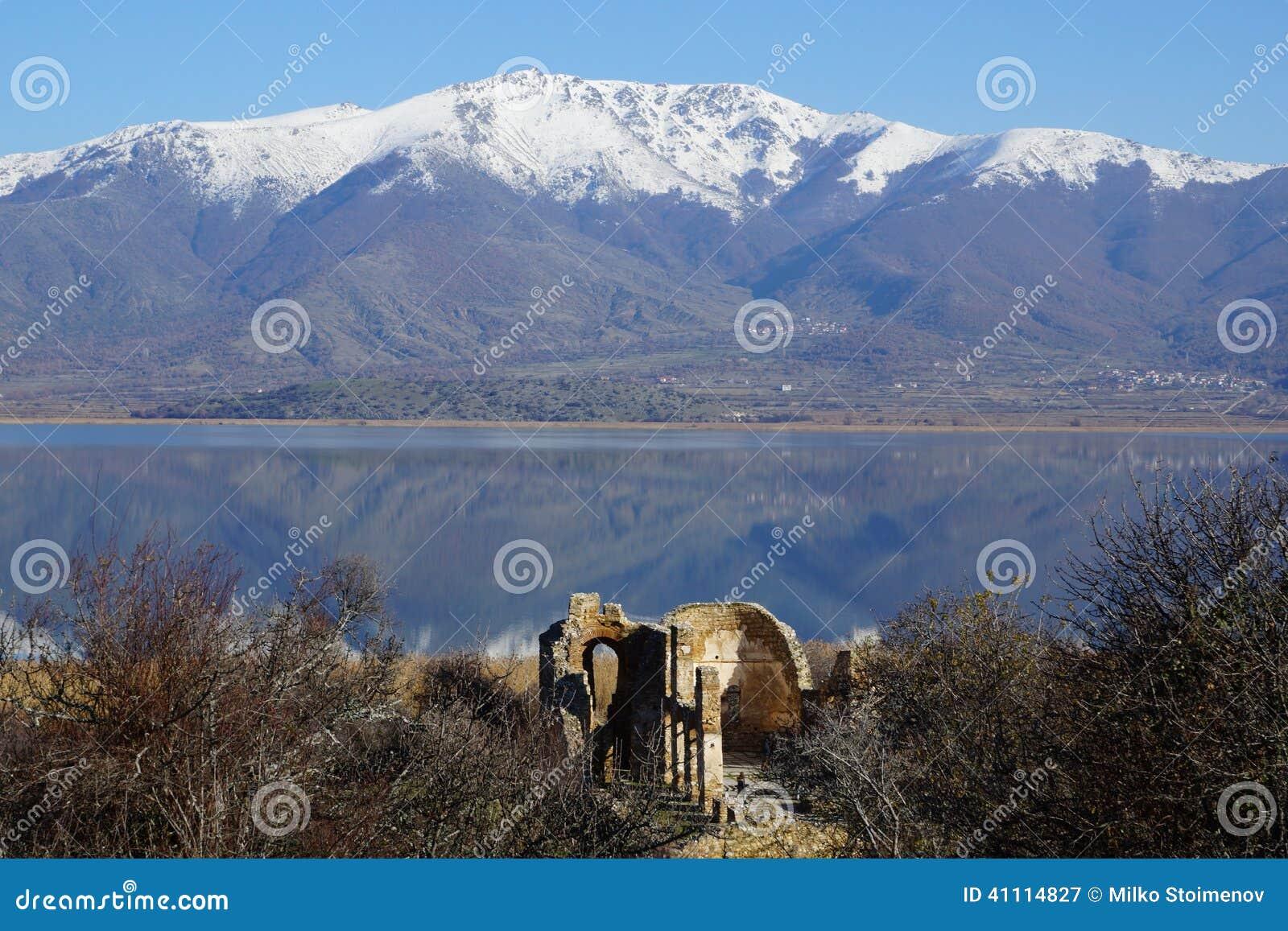 Piccolo lago Prespa, isola di Agios Achillios, le rovine della st Achillius, Grecia