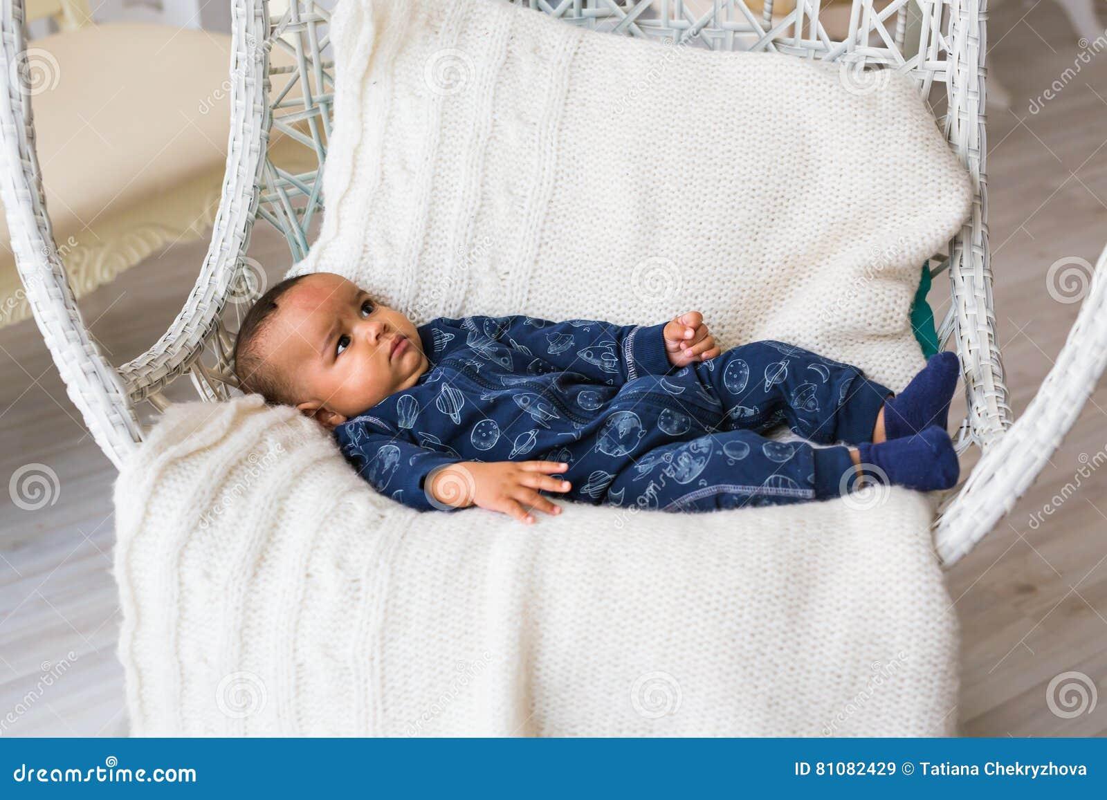 Piccolo neonato afroamericano adorabile che guarda - persone di colore
