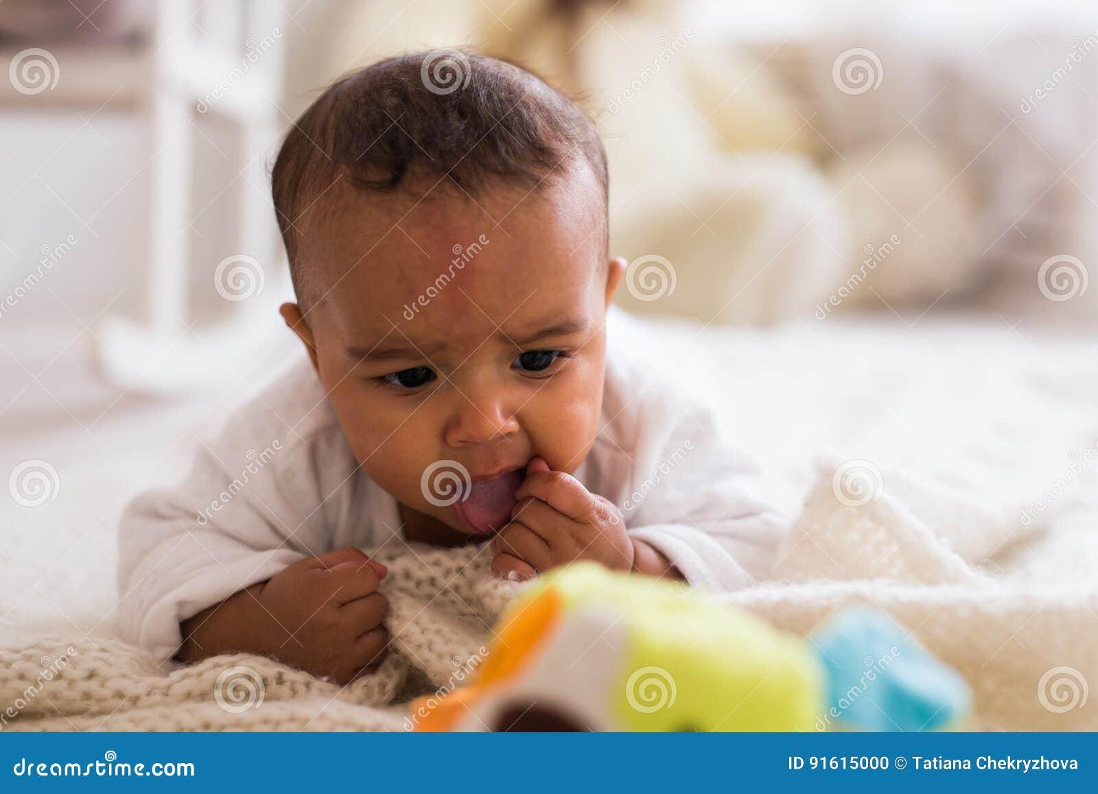 Piccolo Neonato Afroamericano Adorabile Che Sorride - Persone Di ...