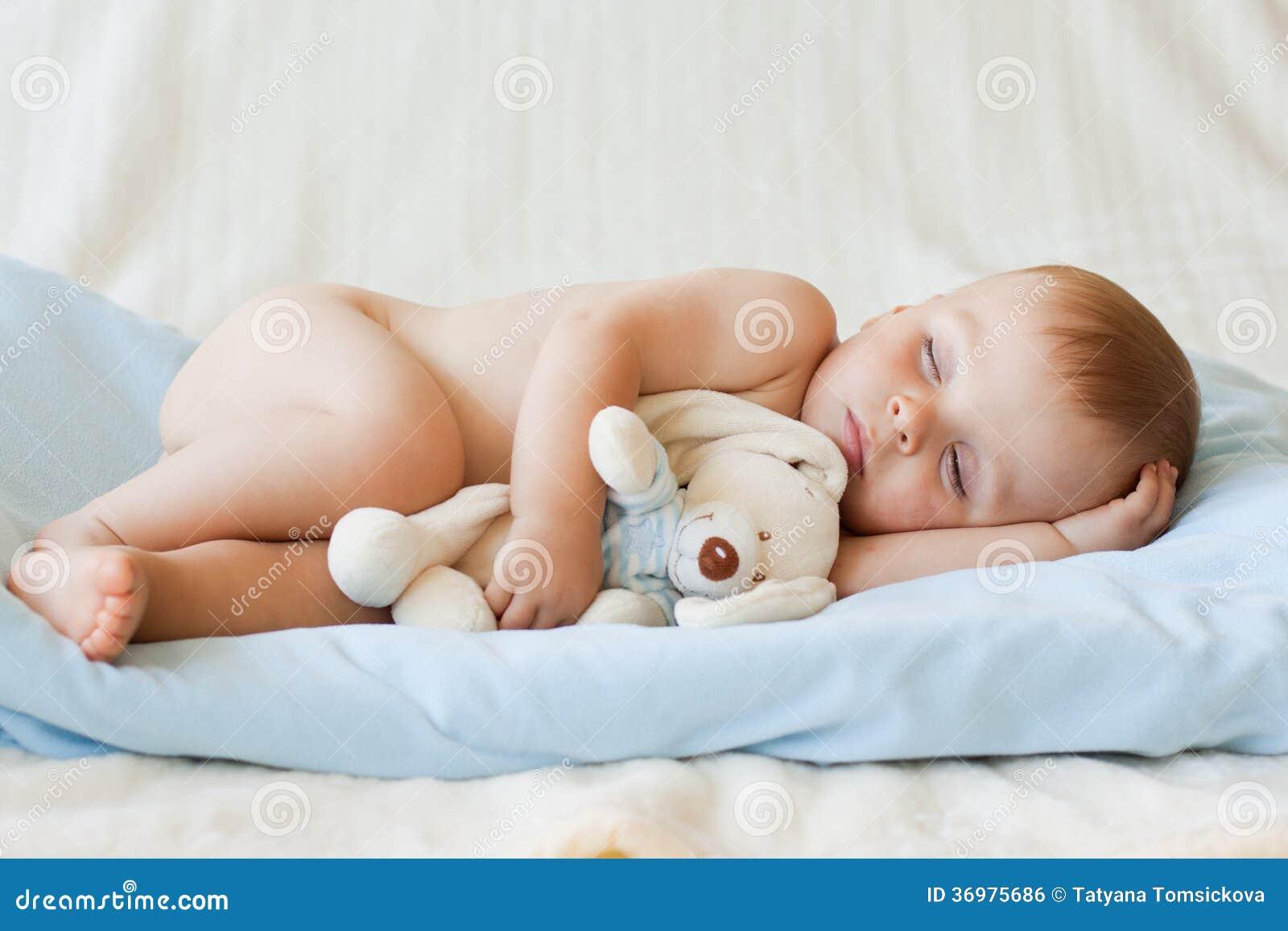 Piccolo neonato ed il suo giocattolo dell orsacchiotto