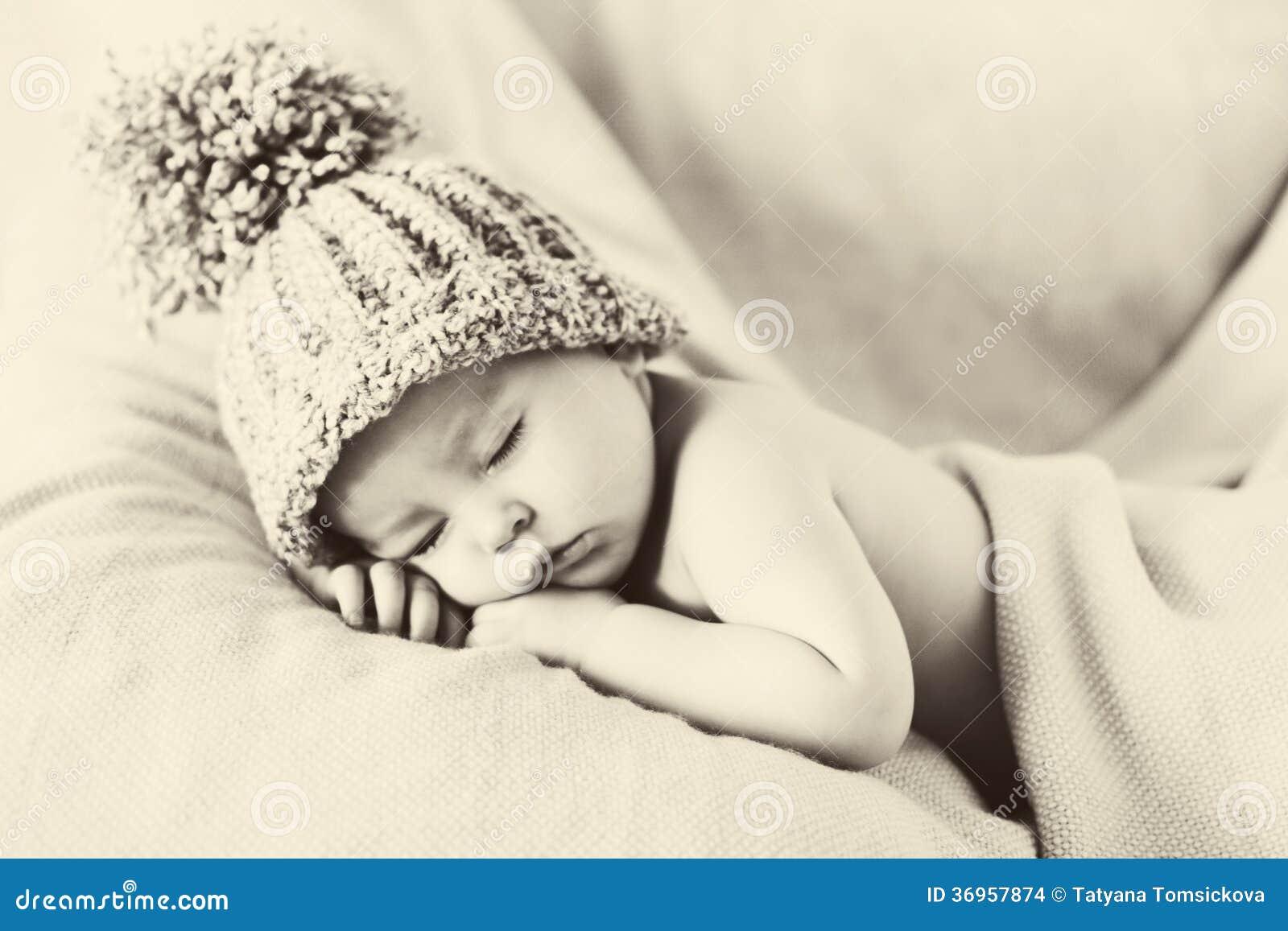 Piccolo neonato splendido con un grande cappello