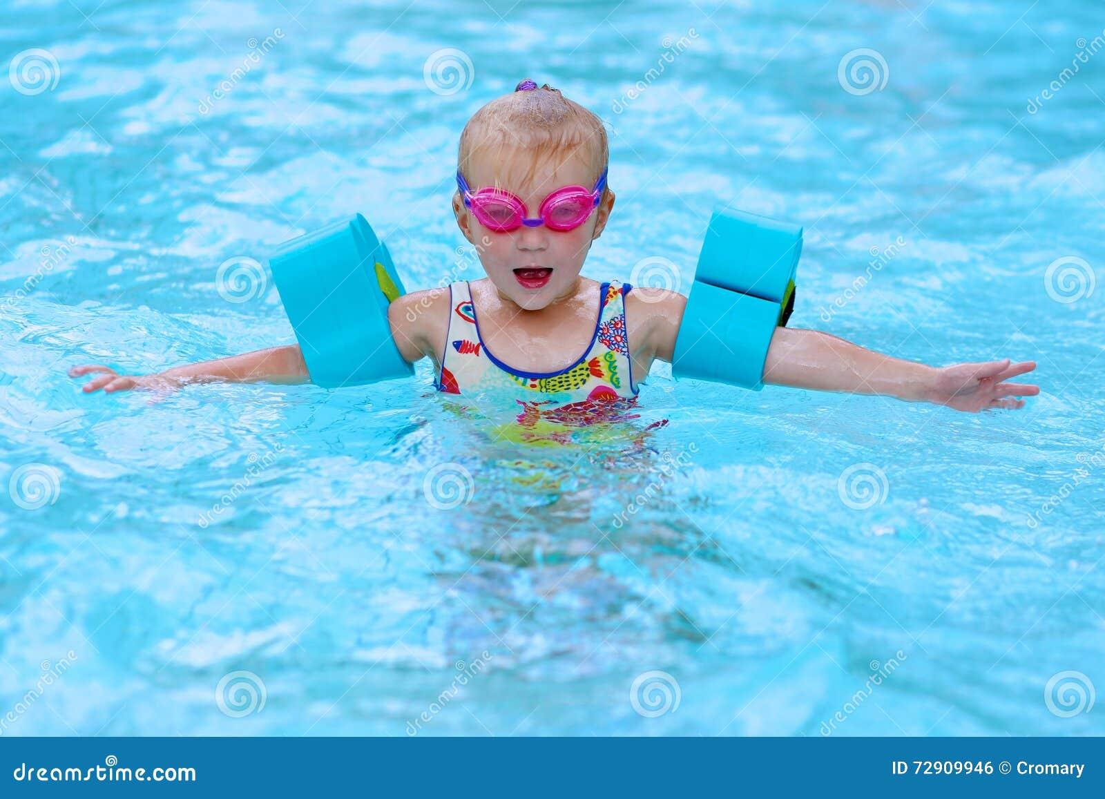 Piccolo nuoto felice della ragazza nello stagno fotografia for Piccolo stagno