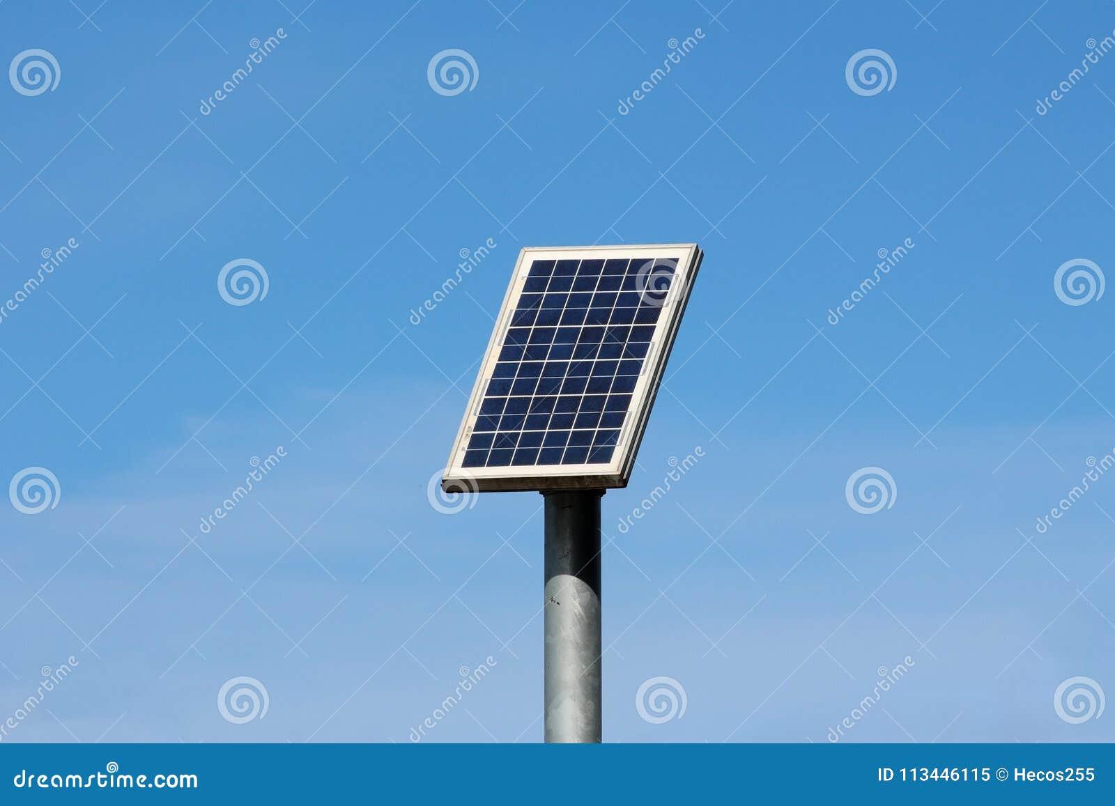 Palo luce con pannello fotovoltaico fototrappola con pannello