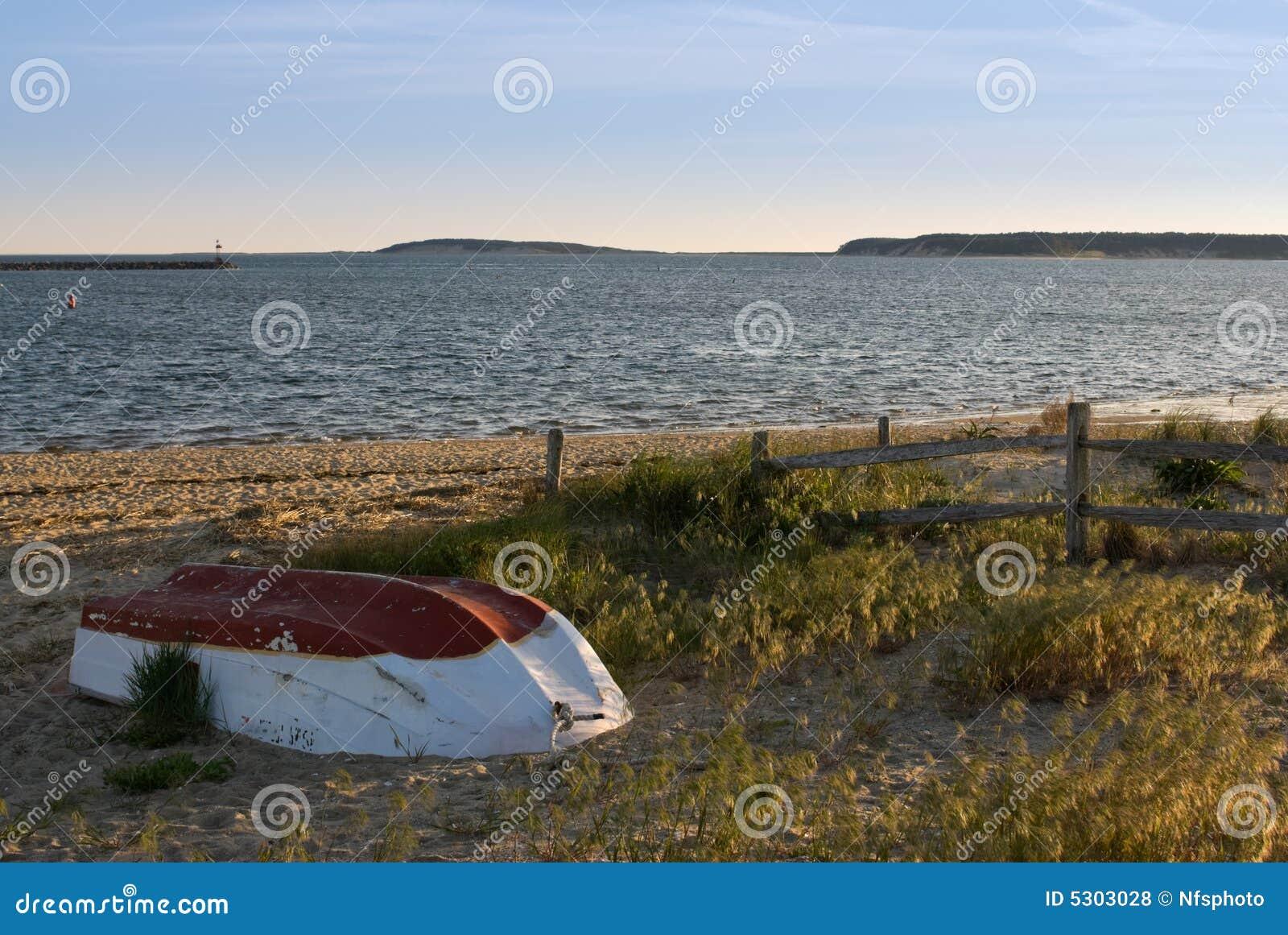 Download Piccolo Peschereccio Abbandonato Sulla Spiaggia Al Tramonto Fotografia Stock - Immagine di barca, orizzonte: 5303028