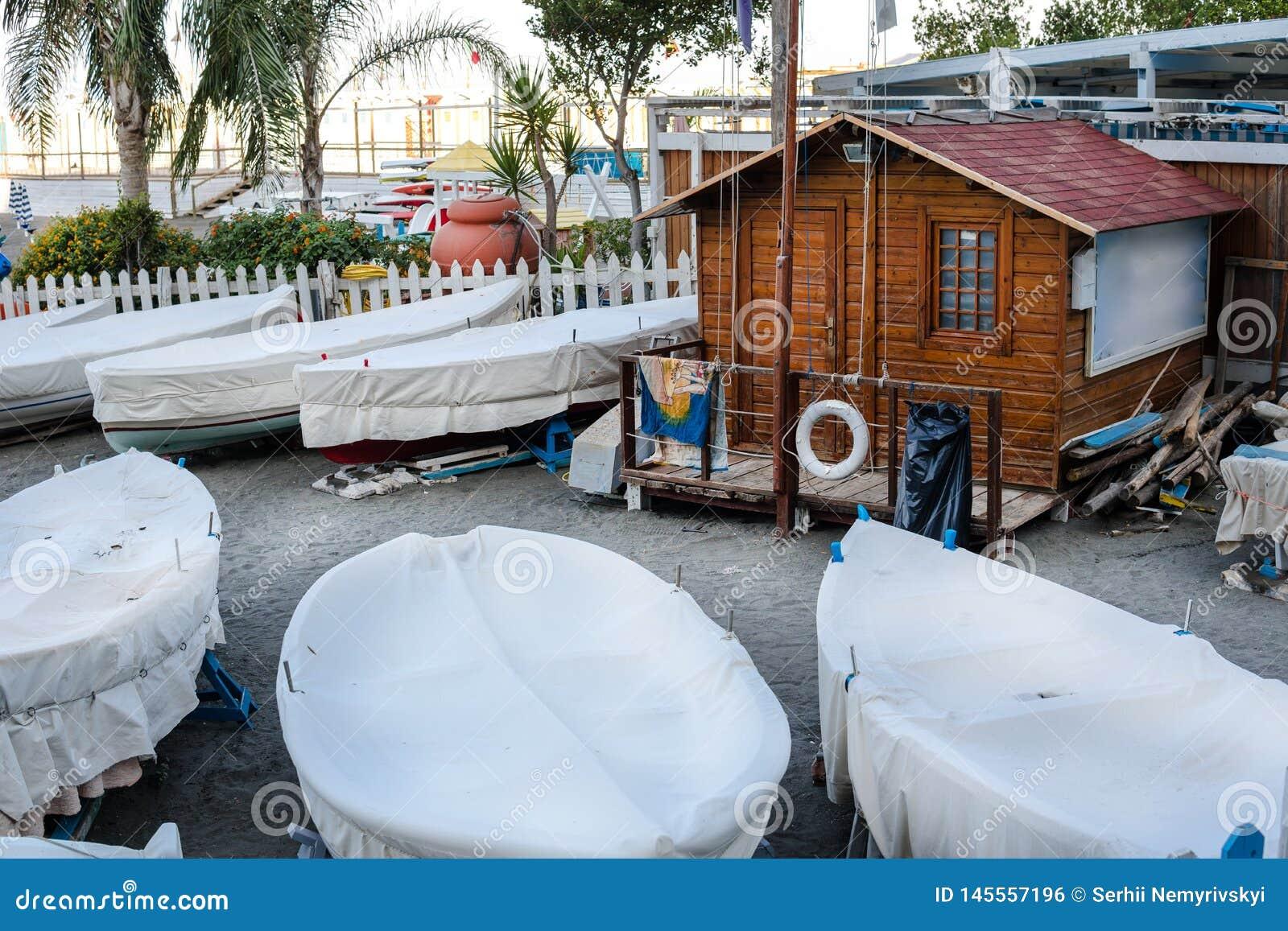 Piccolo porto con le piccole barche a terra a Sorrento Italia, conclusione della stagione, barca locativa
