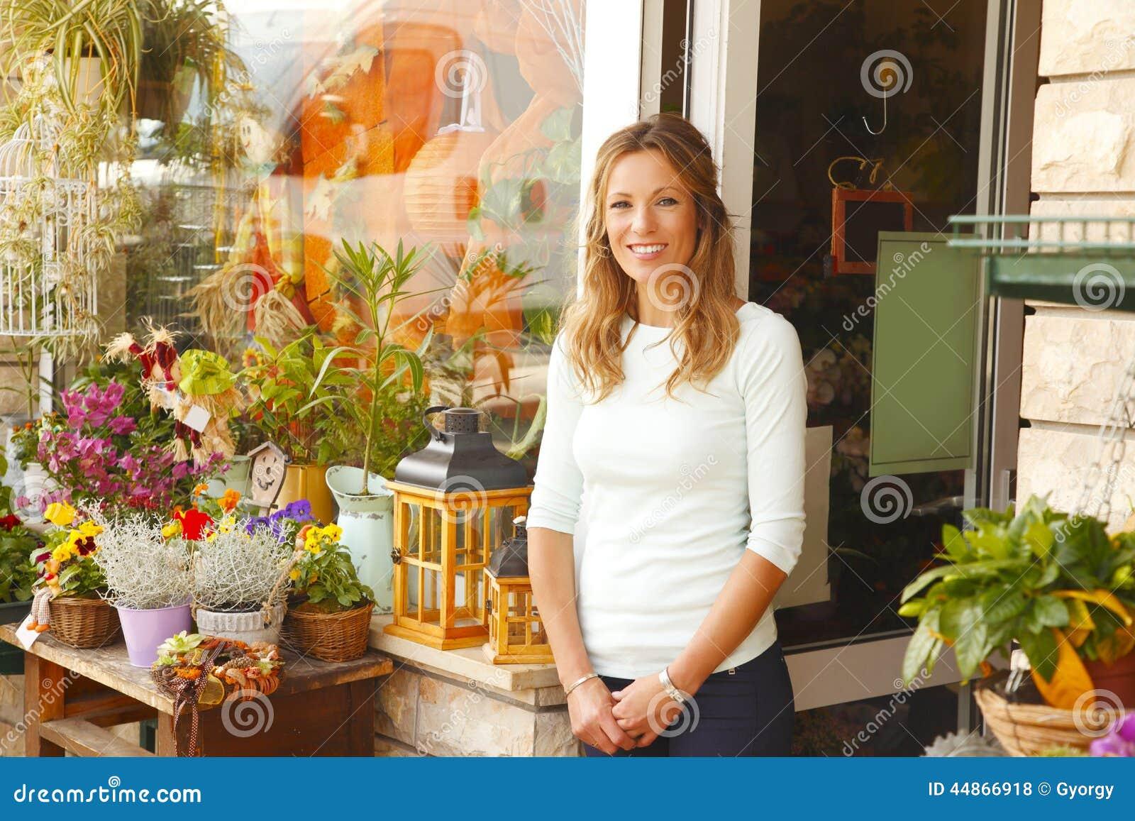 Piccolo proprietario di negozio del fiore