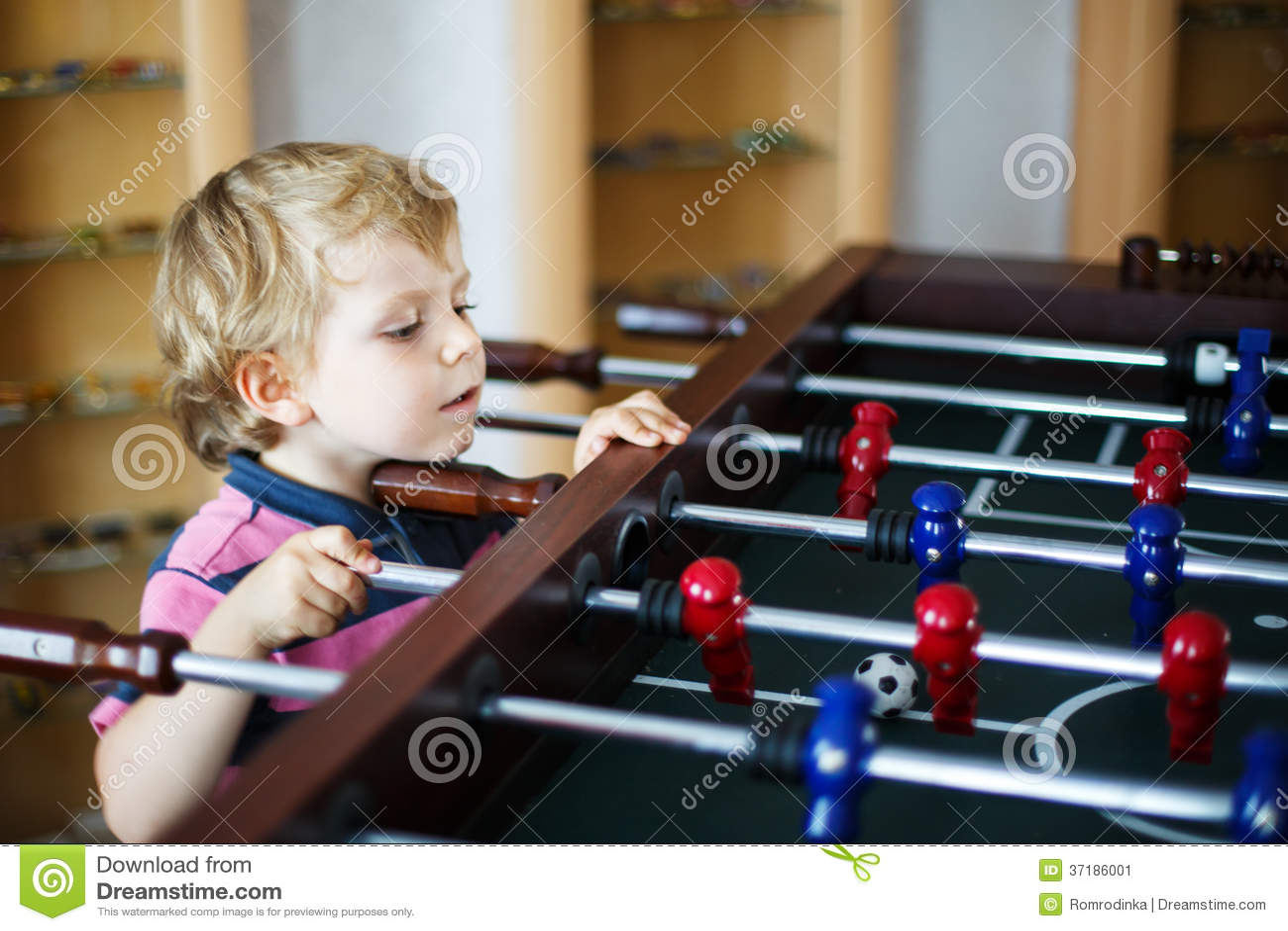 Piccolo ragazzo biondo che gioca calcio della tavola del for Piccolo creatore della pianta della casa