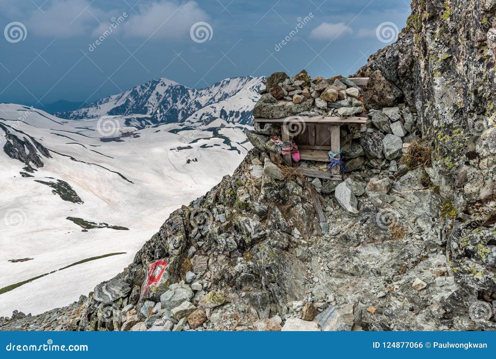 Piccolo santuario con il fondo della montagna