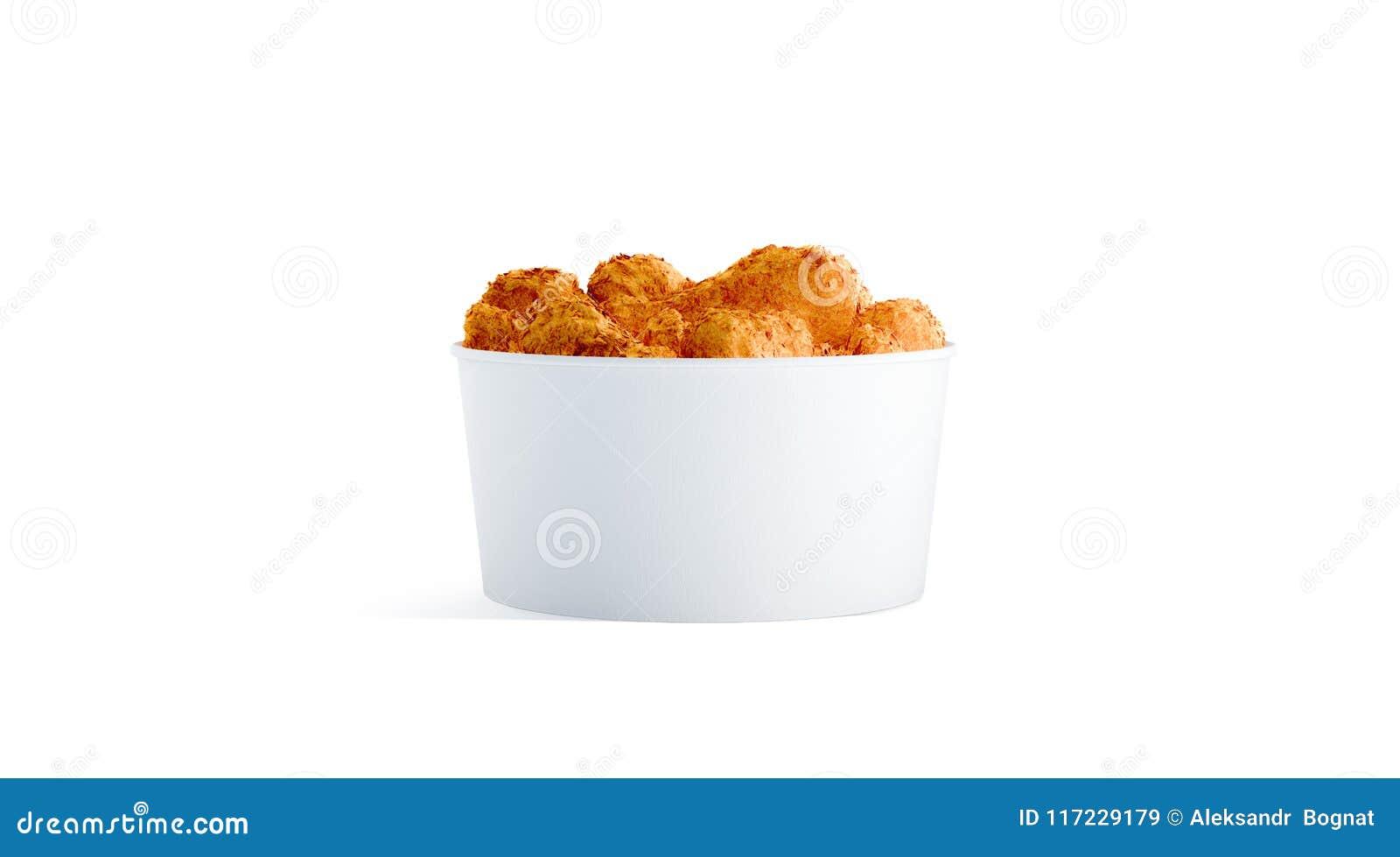 Piccolo secchio bianco in bianco dell alimento con il modello delle ali di pollo isolato