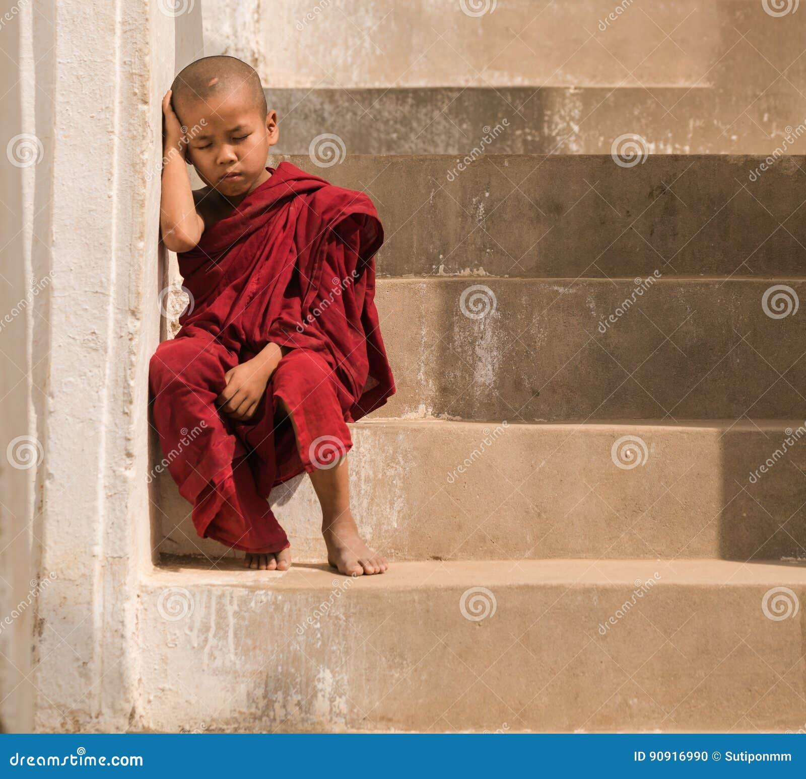 Piccolo soggiorno del monaco in pagoda Mandalay, Myanmar Piccolo monaco o novi