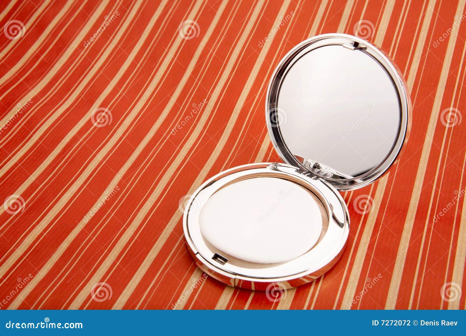 Piccolo specchio fotografia stock immagine di trattamento for Specchio antico piccolo