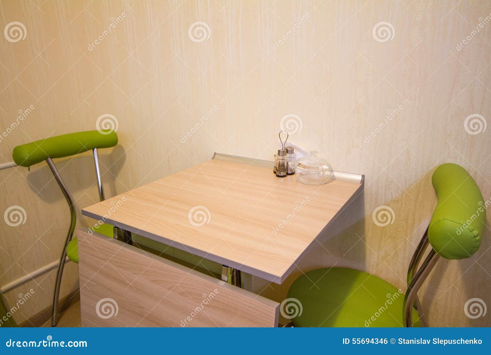 Piccolo Tavolo Da Cucina Con Due Sedie Verdi Fotografia ...