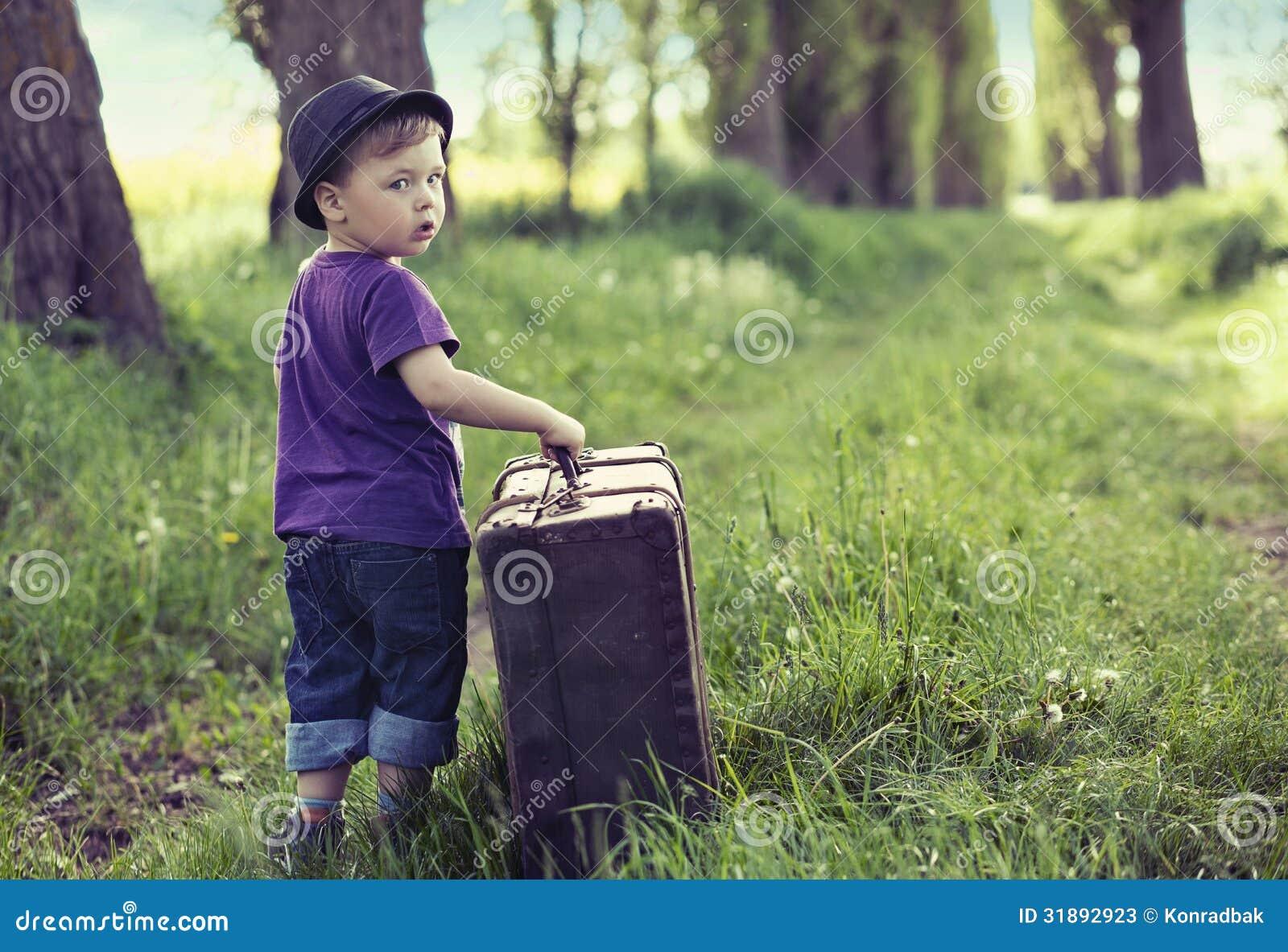 Piccolo uomo che va via di casa con i bagagli enormi for Case con garage enormi
