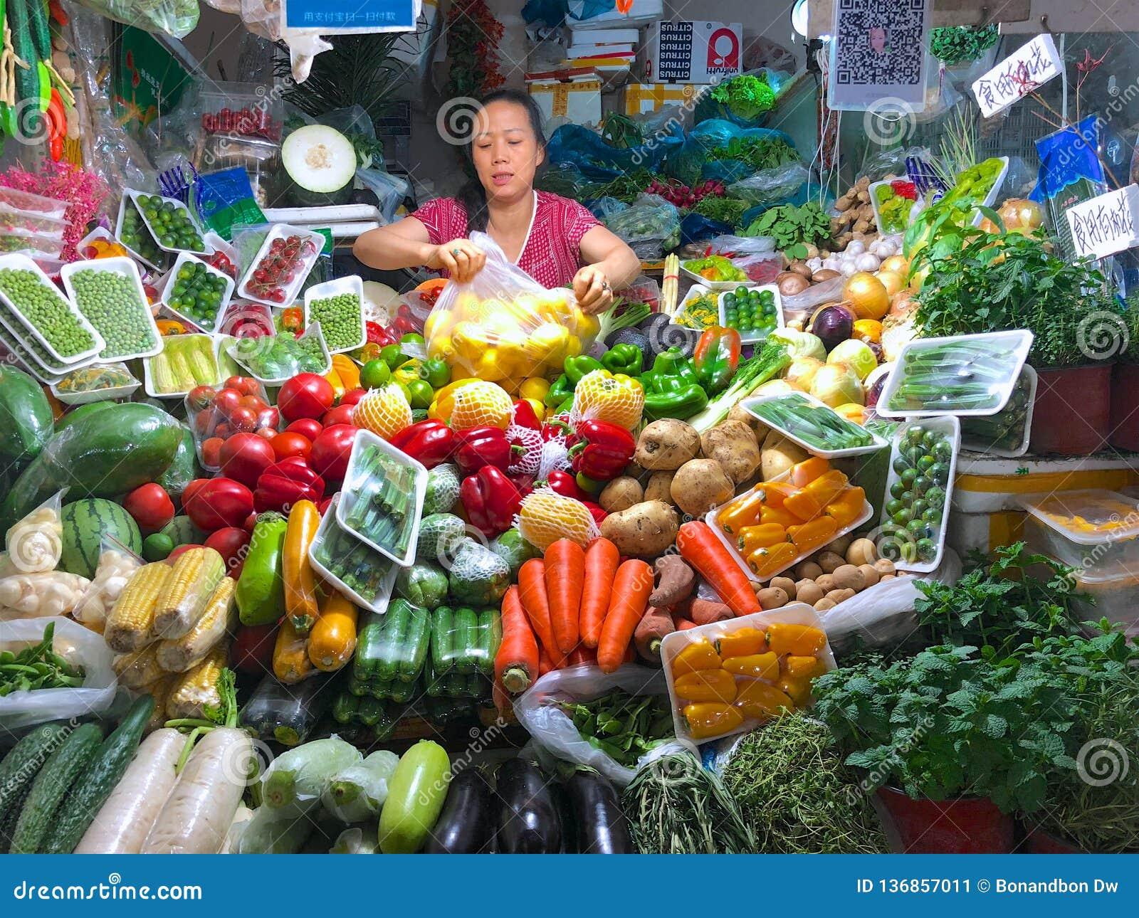 Piccolo verdure sta il negozio con il proprietario della donna del negozio