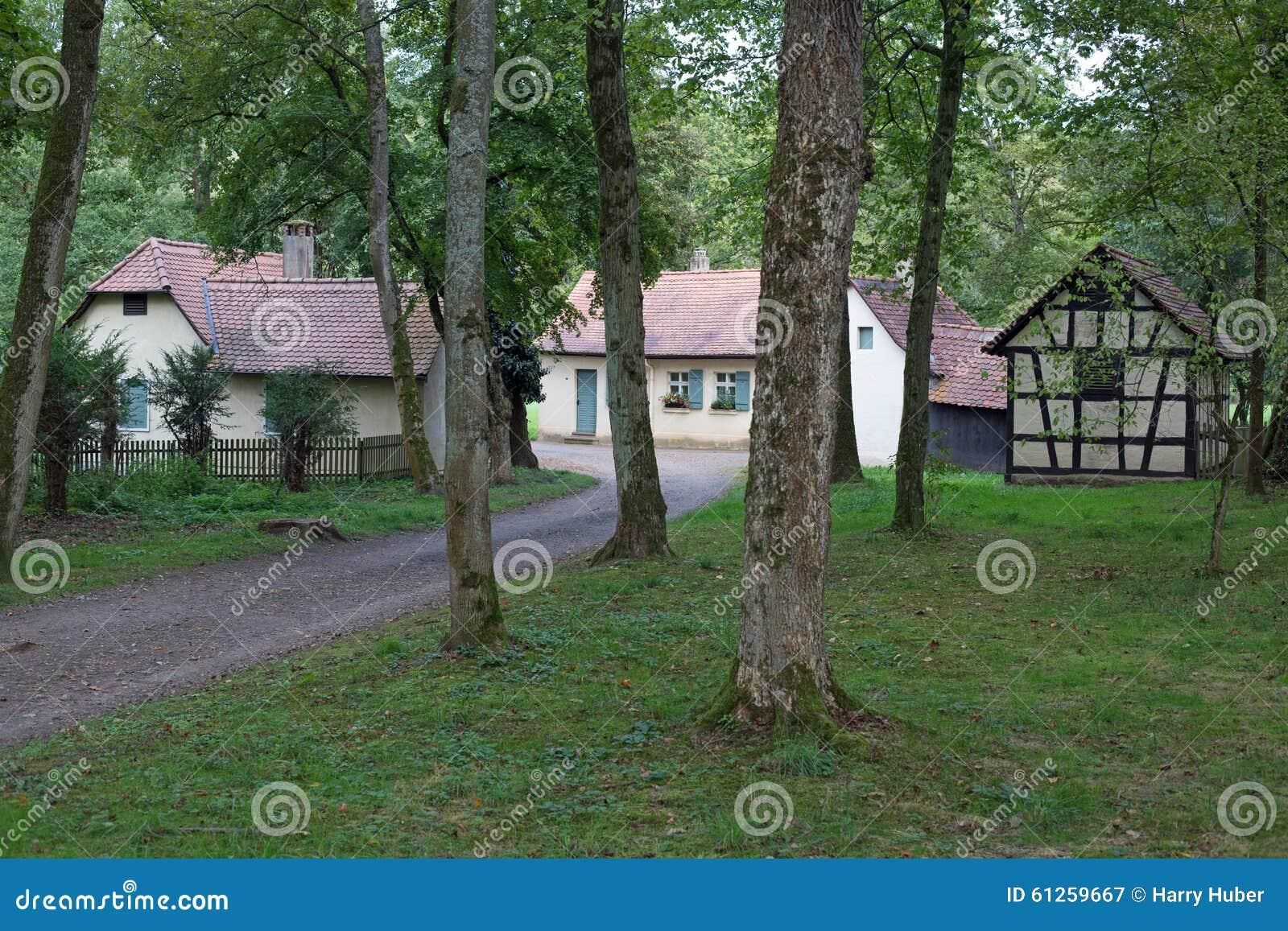 Piccolo villaggio in foresta