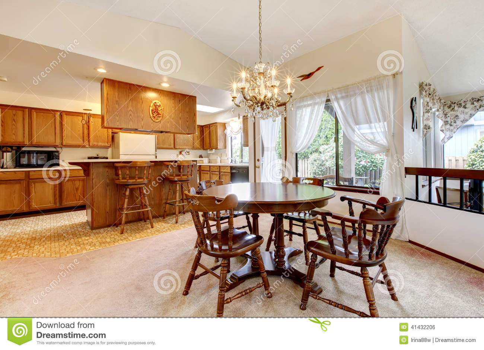Pi ce lumineuse de cuisine avec l 39 ensemble rustique de for Cuisine avec salle a manger integree
