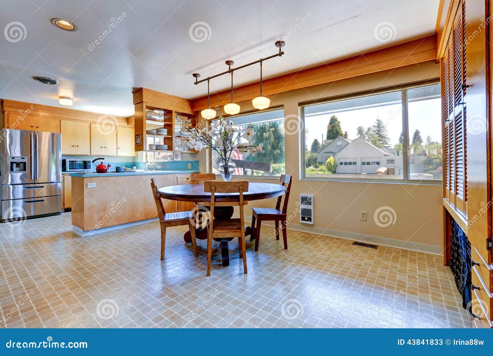 Pièce spacieuse de cuisine avec la table de salle à manger ronde ...