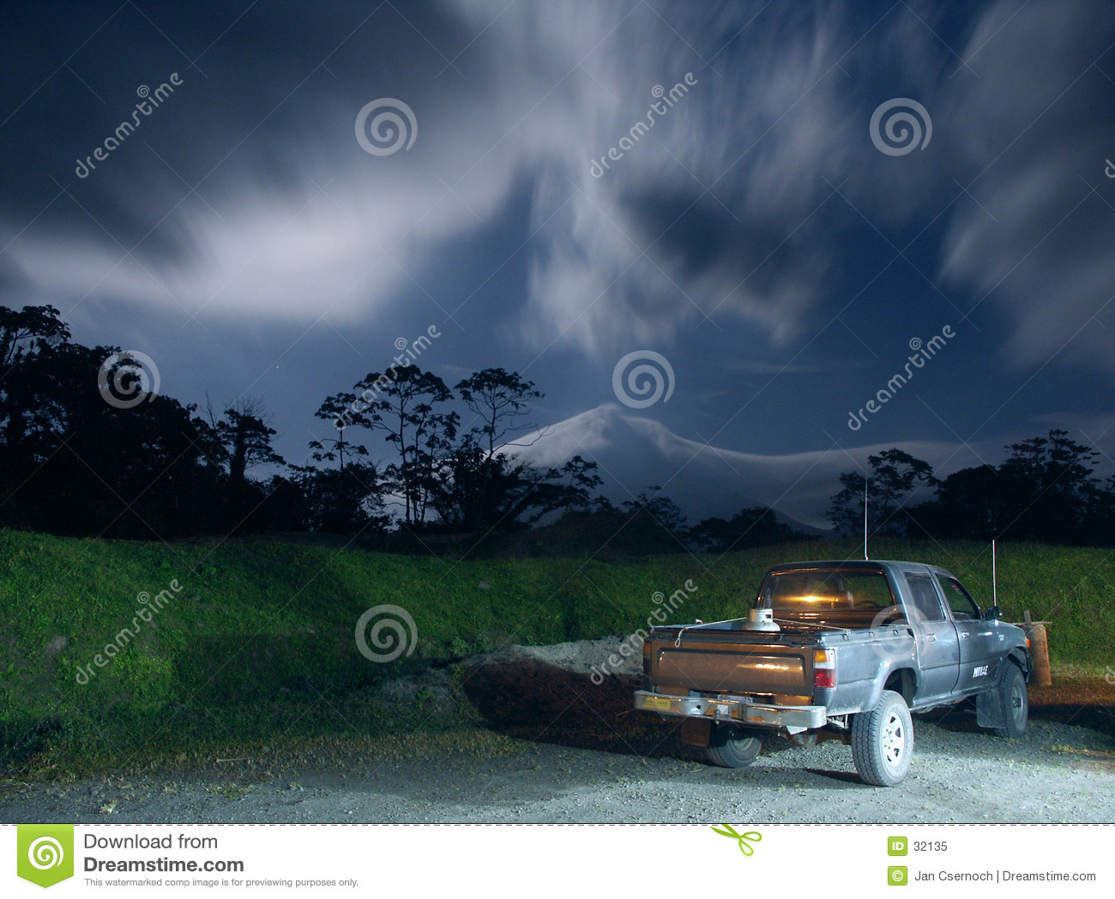 Pick-up in maanlicht dichtbij Arenal Vulkaan