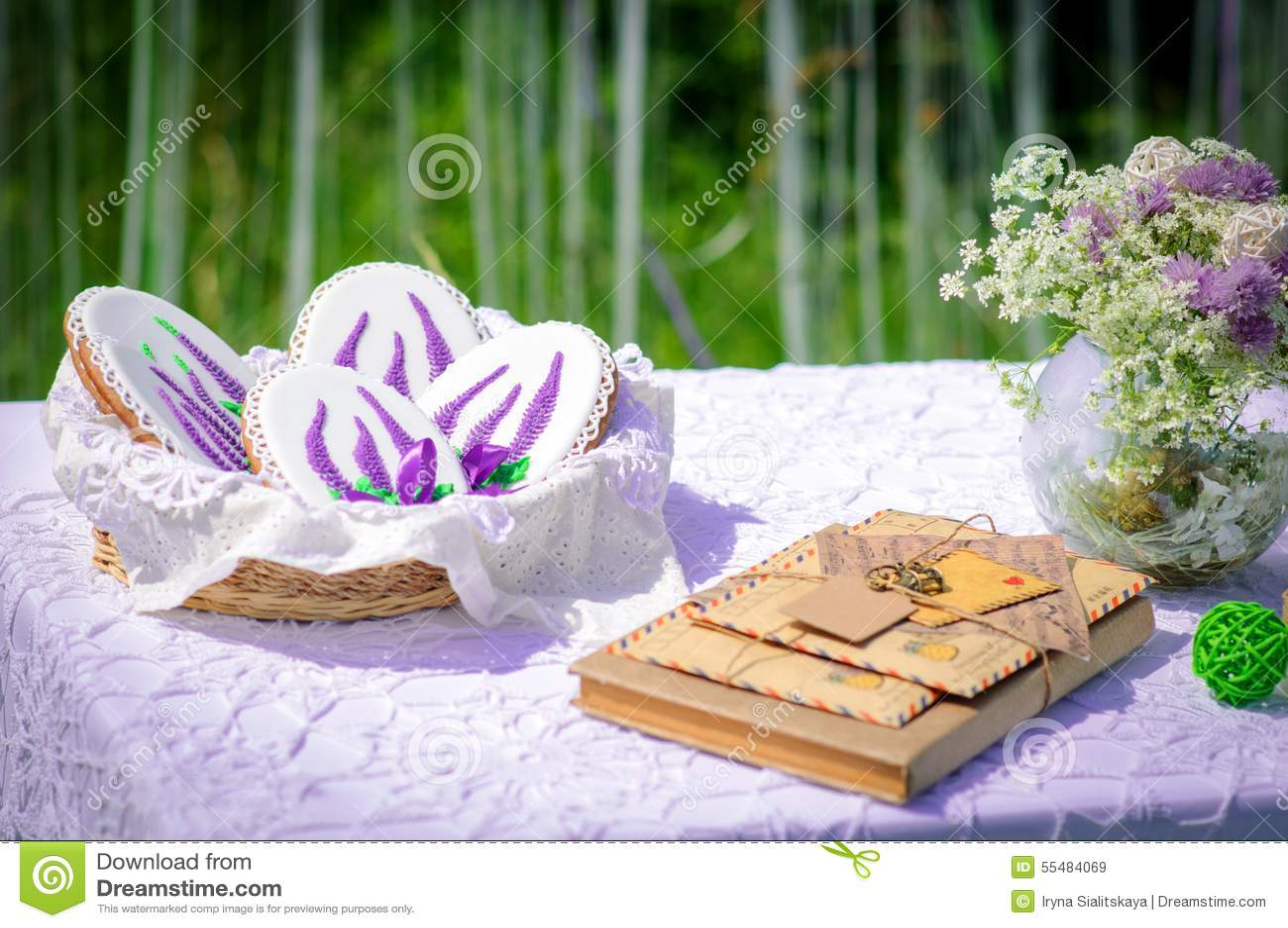 Picknick Im Park Blaue Lupineblumen Kerzen Und Buchstaben Schoner