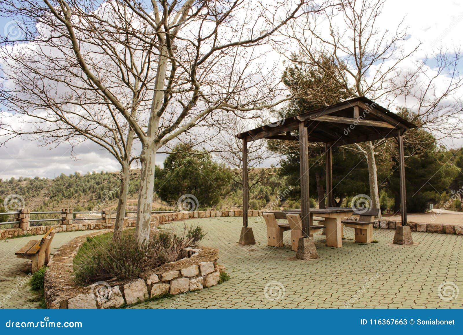 Picknick met stoelen en steenlijst in een berggezichtspunt