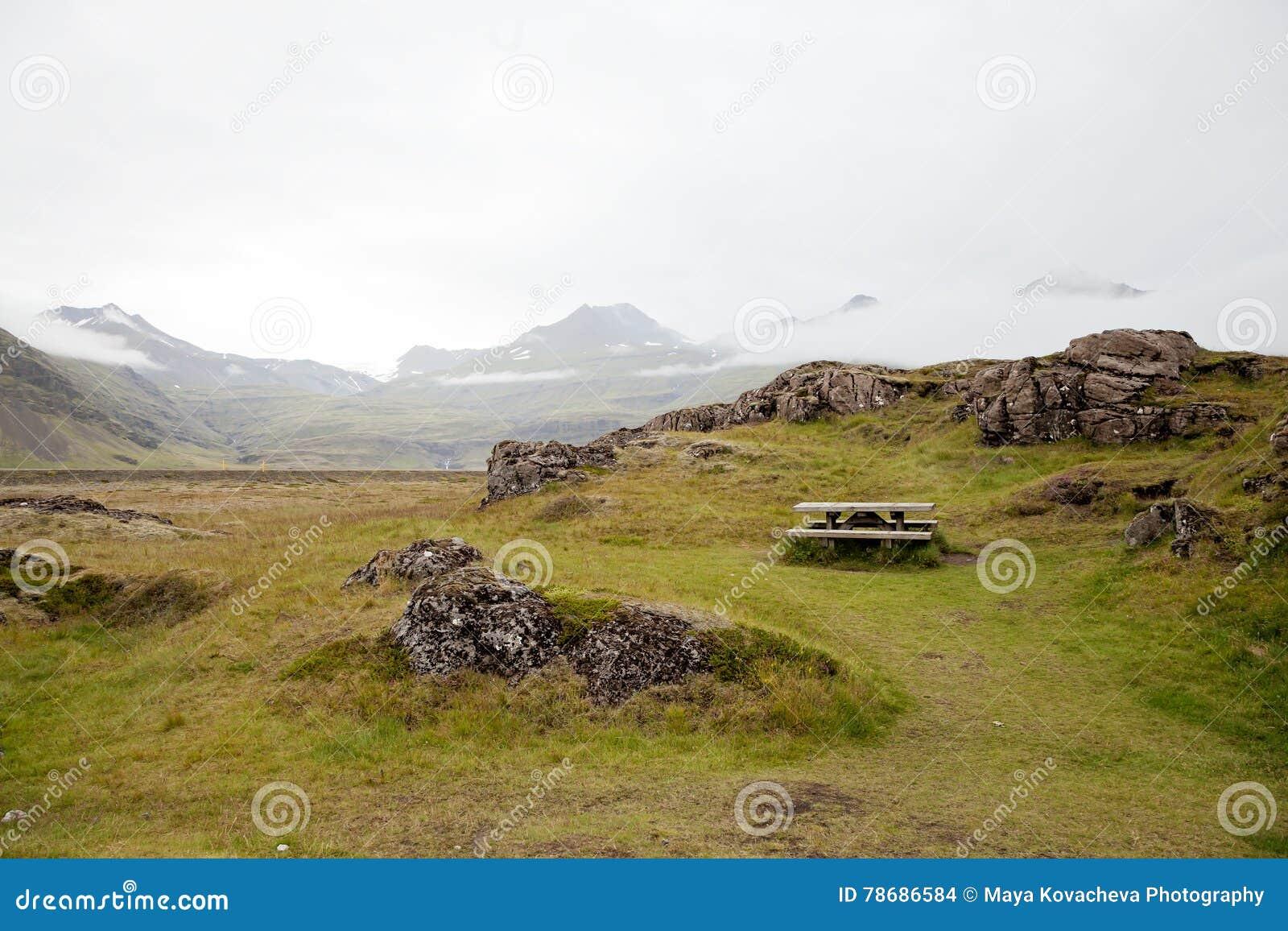 Picknicklijst in IJsland in de zomer, geen mensen
