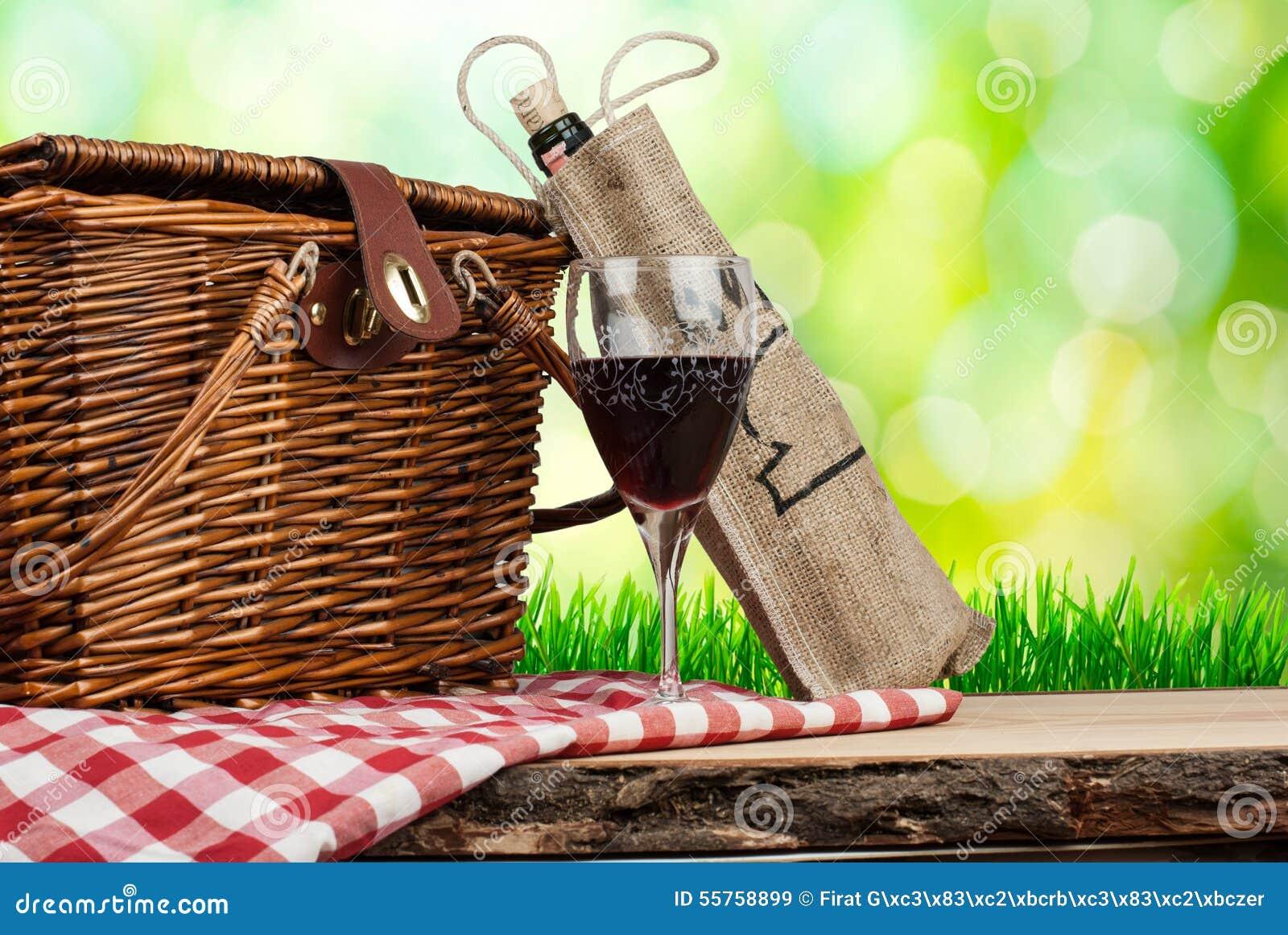 Picknickmand op de lijst met glas wijn