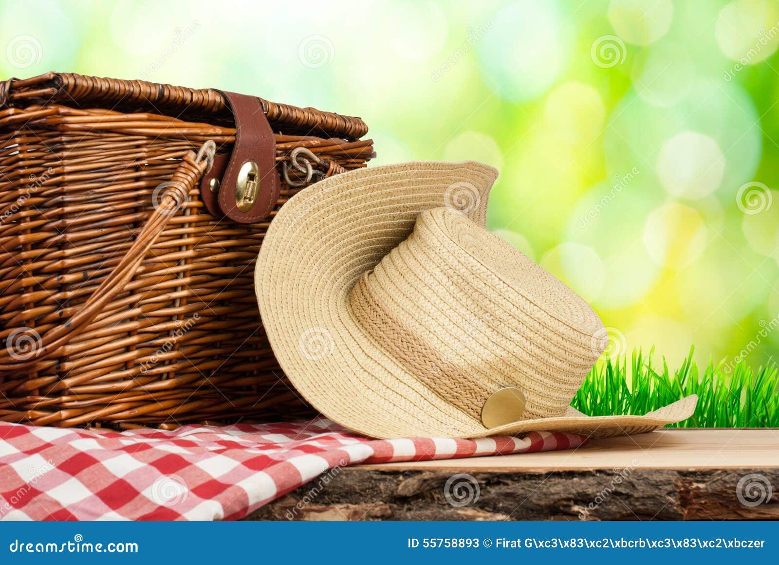 Picknickmand op de lijst met hoed