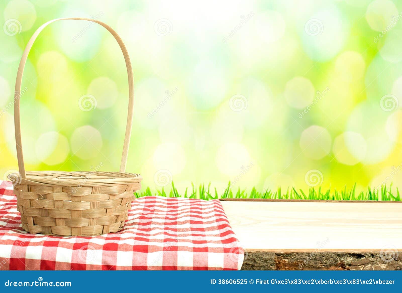 Picknickmand op lijst in aard