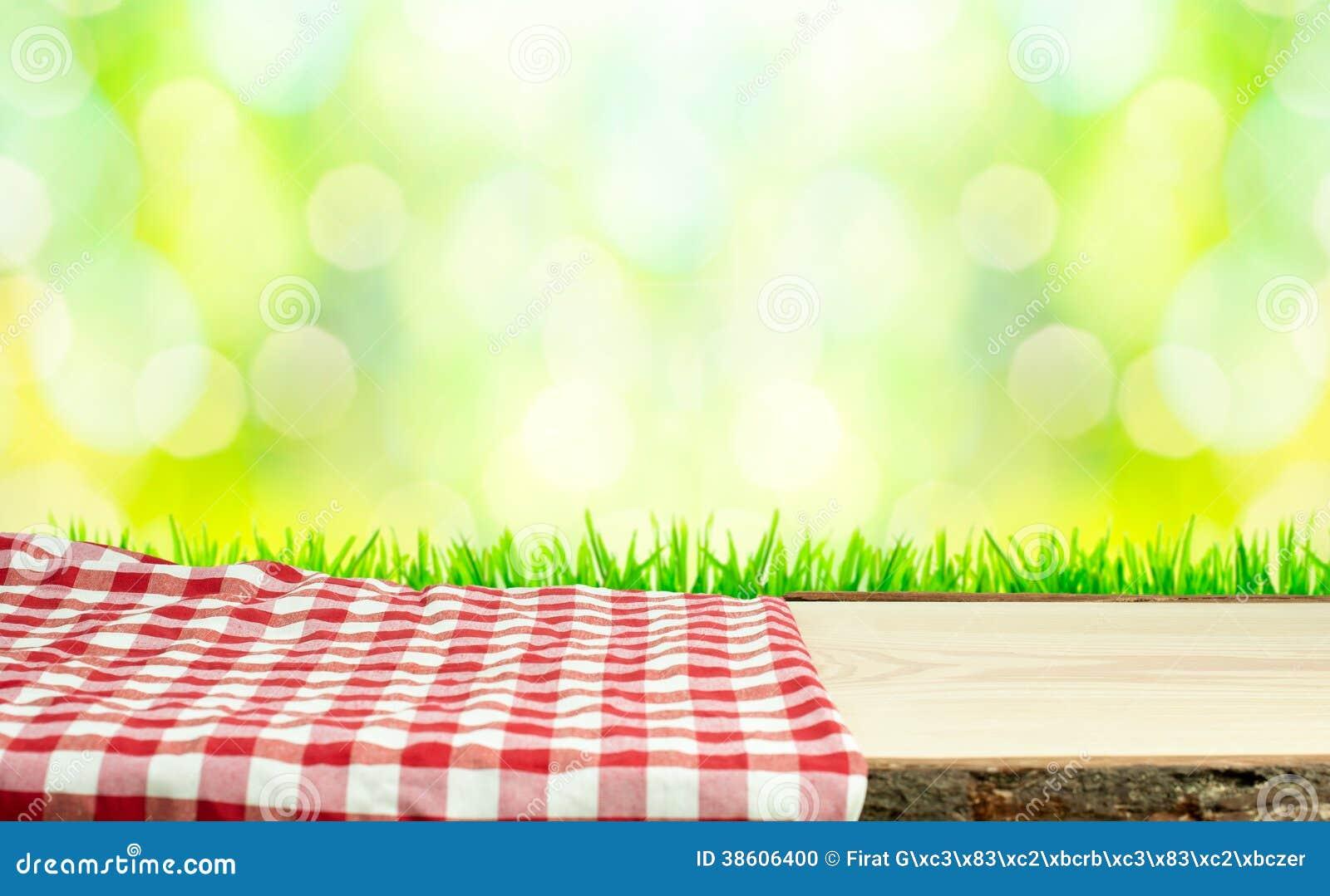 Picknicktisch in der Natur