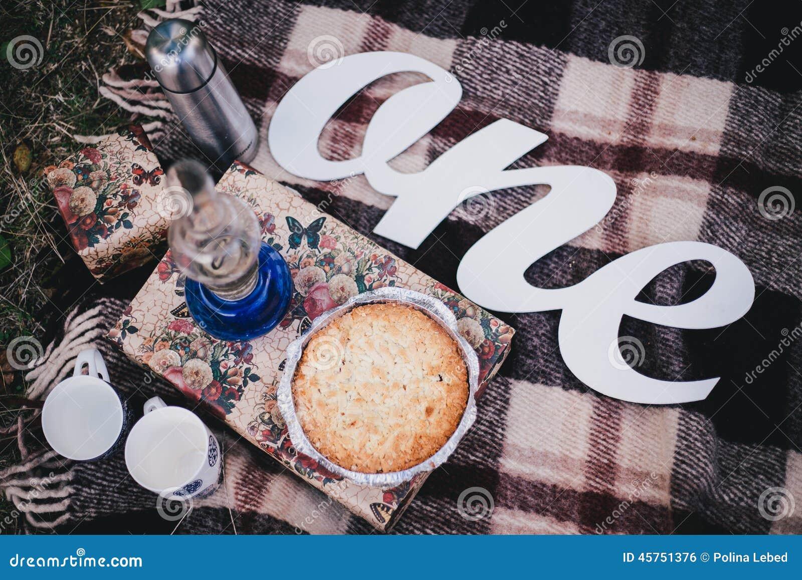 Picnic di caduta con la torta ed il tè di mirtillo casalinghi in termos