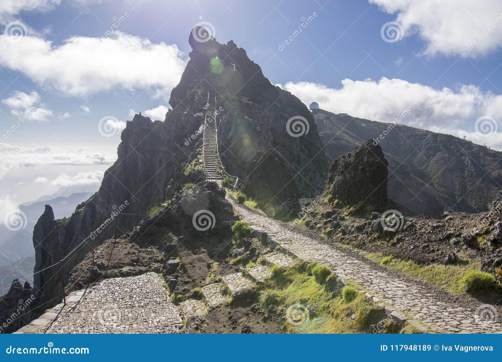 Pico做Arieiro供徒步旅行的小道、惊人的不可思议的风景有难以置信的看法,岩石和薄雾,防空火车站