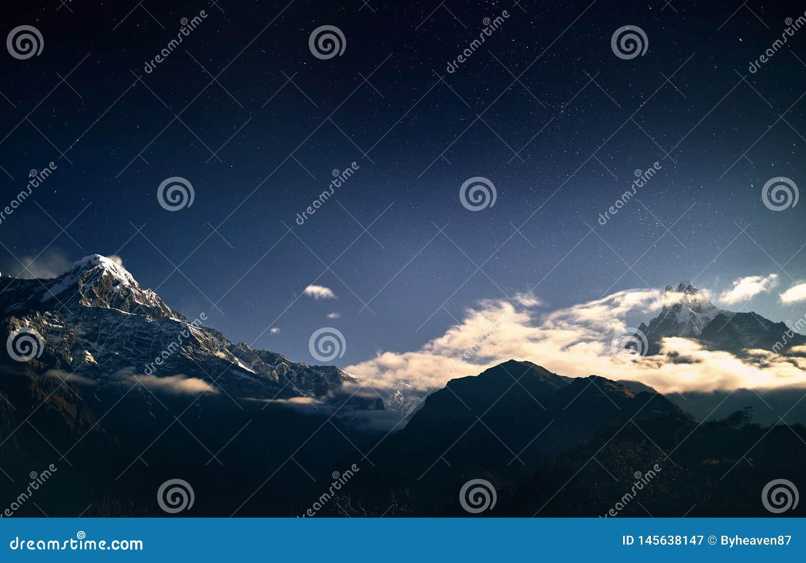 Pico da neve dos Himalayas no c?u noturno