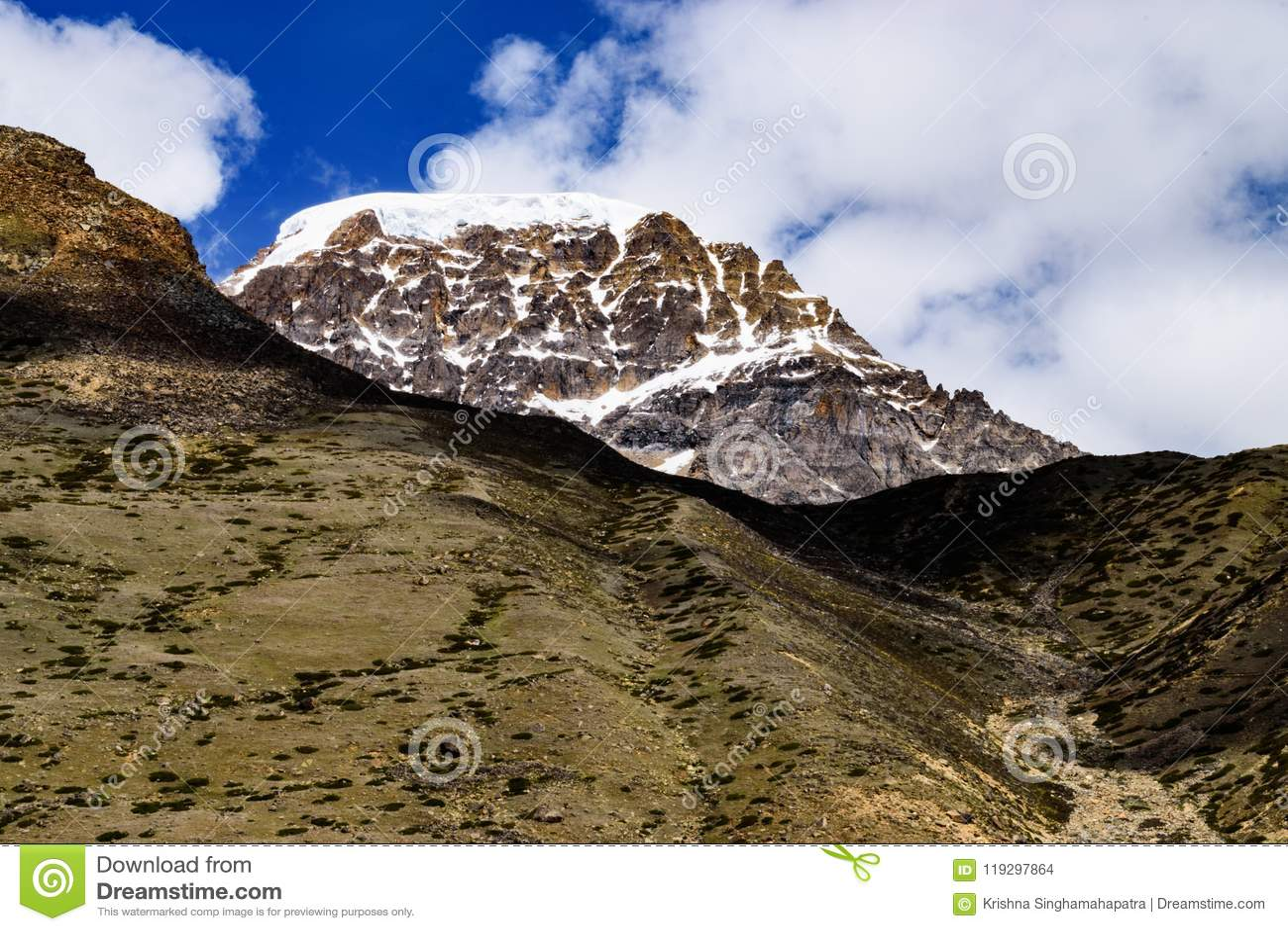 Pico de montanha Himalaia coberto de neve com CloudscapeOn a maneira a Gurudongmar
