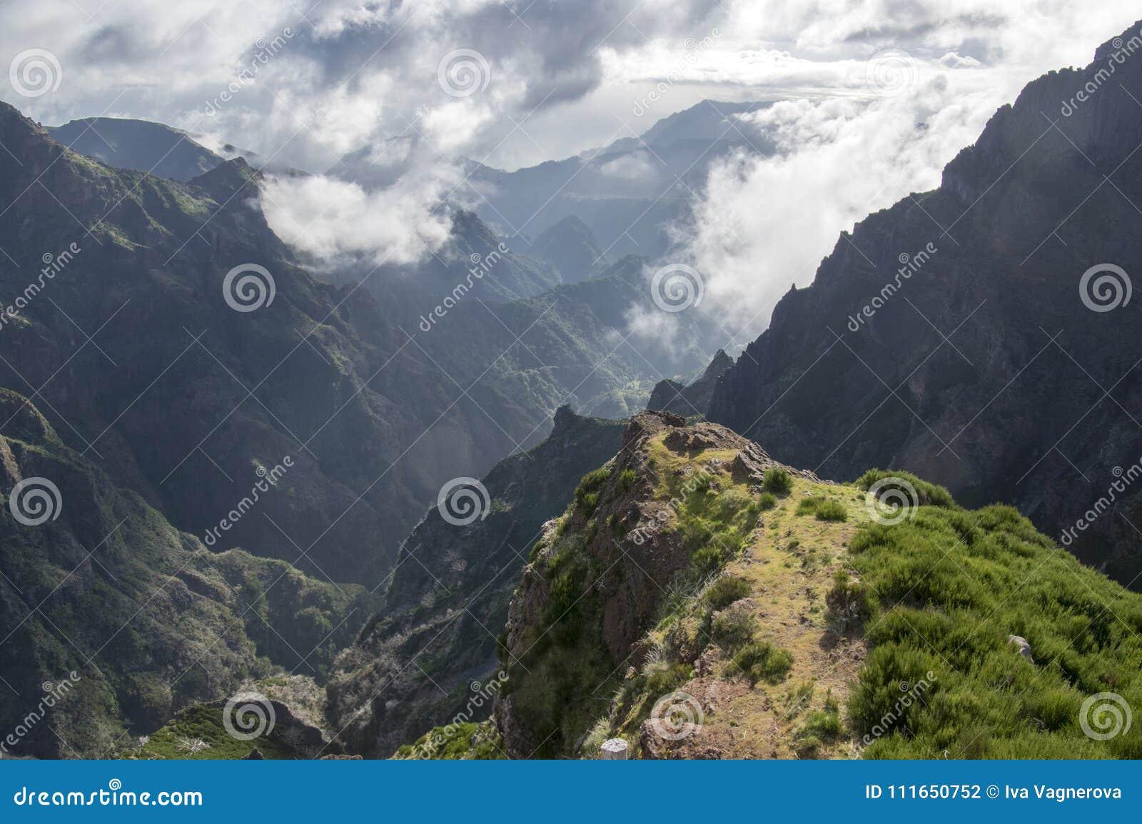 Pico font le sentier de randonnée d Arieiro, le paysage magique étonnant avec des vues incroyables, les roches et la brume, vue d