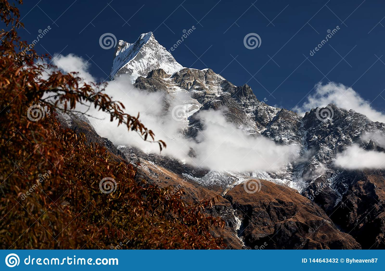 Pico nevado nos Himalayas