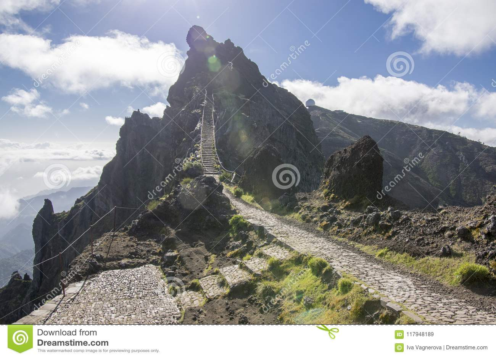 Pico robi Arieiro wycieczkuje ślad, zadziwiającego magia krajobraz z nieprawdopodobnymi widokami, skały i mgłę, obrony powietrzne