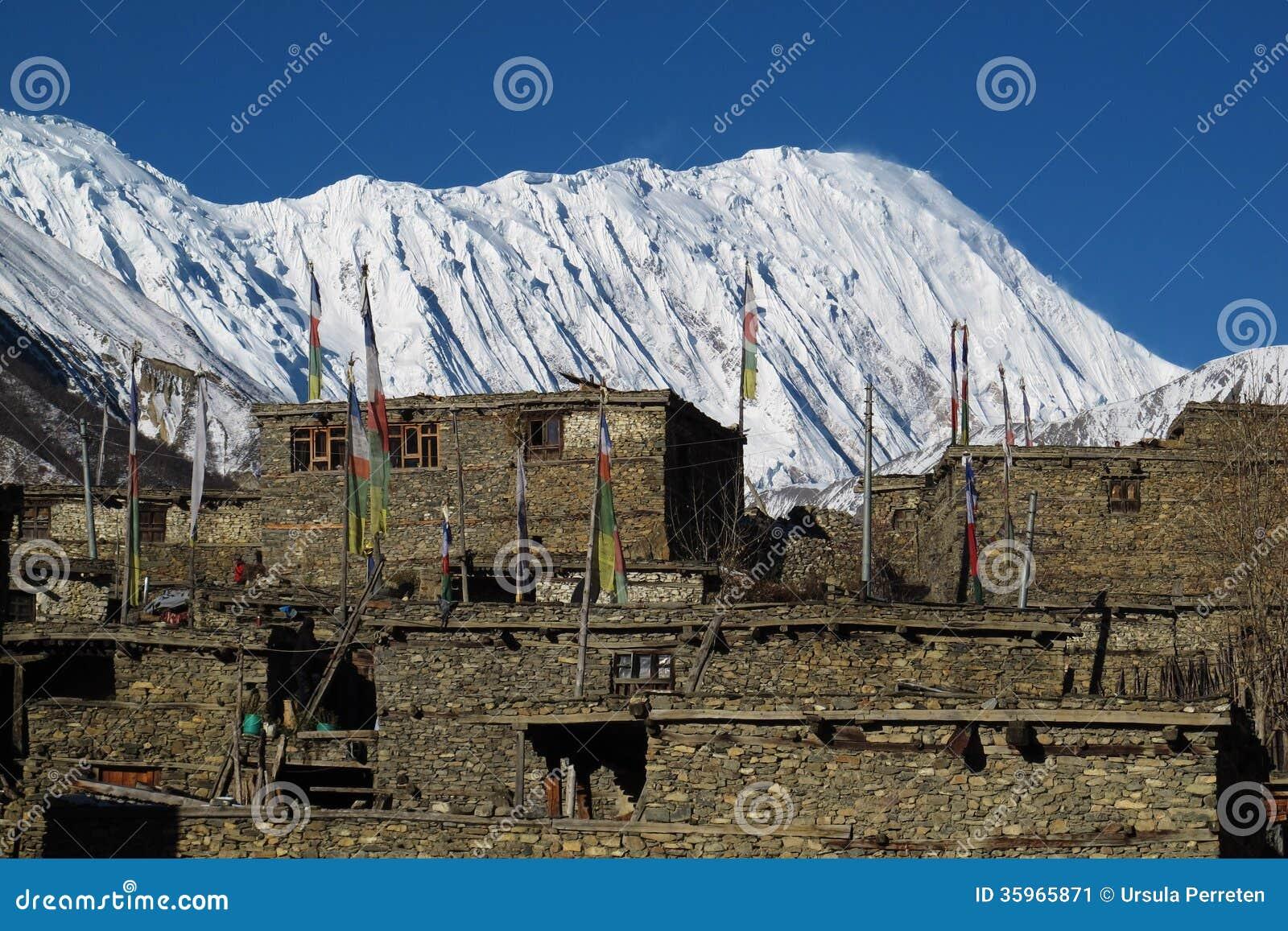 Pico y pueblo Khangsar de Tilicho