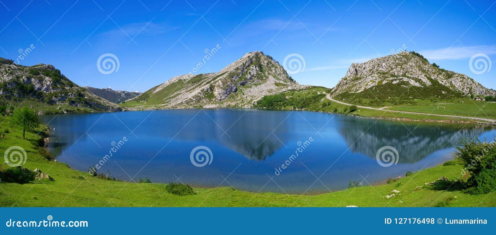 Picos de Europa Enol sjö i Asturias Spanien