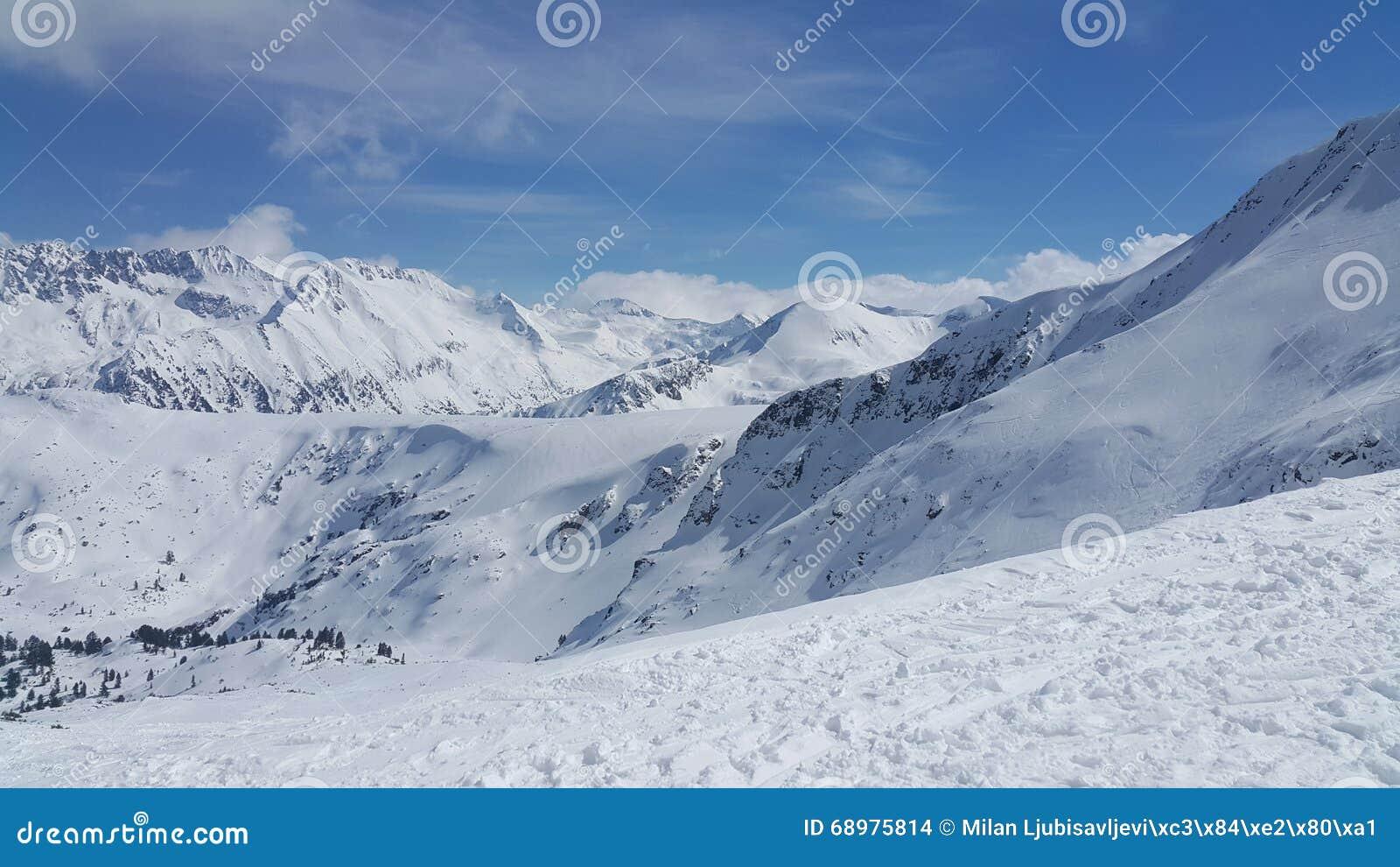 Picos de la nieve en la montaña Pirin