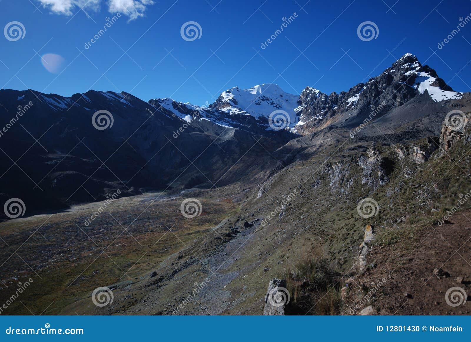 Picos e montanhas da neve em Peru