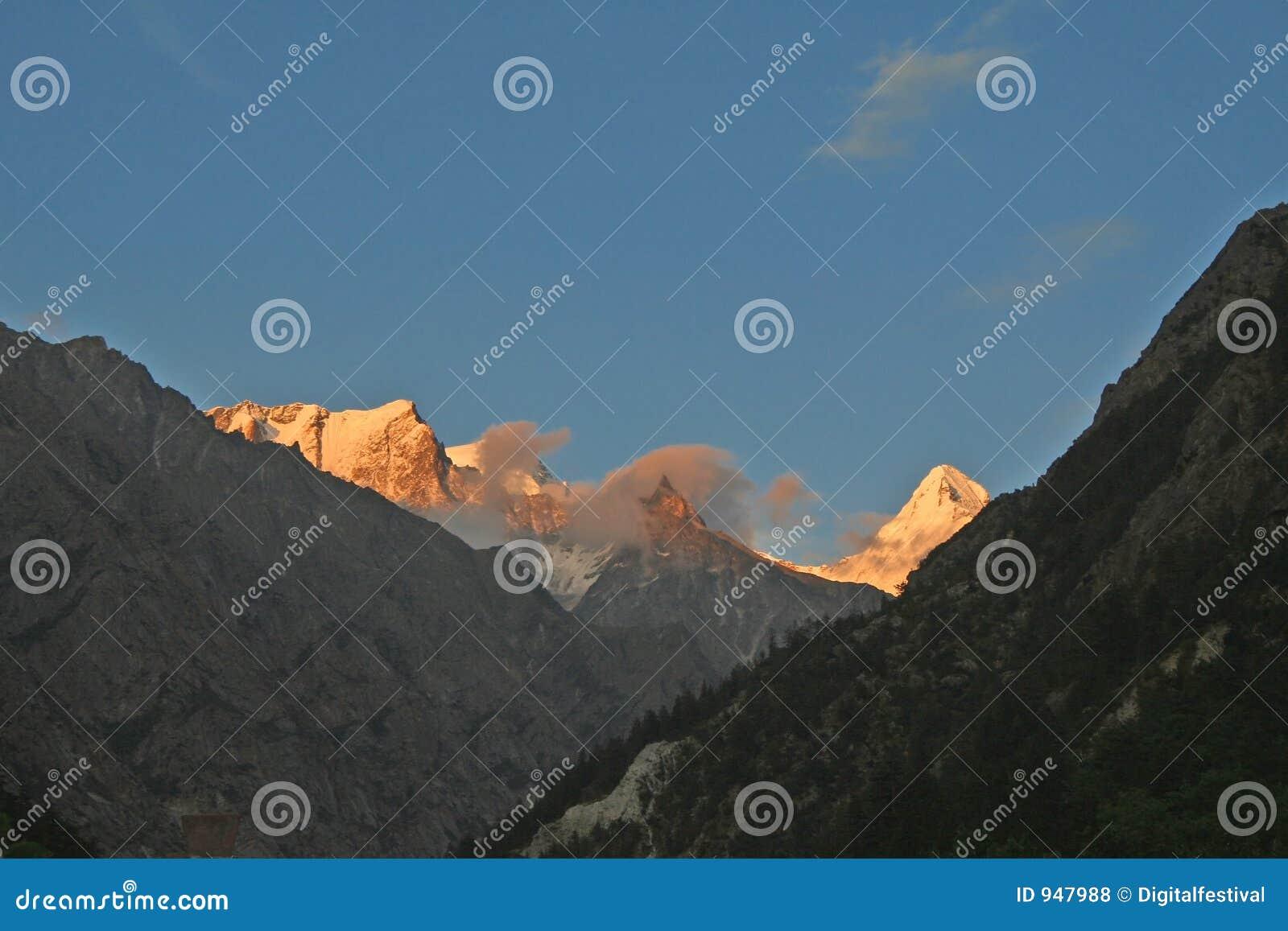 Picos himalayan de la nieve de la puesta del sol del gangotri la India