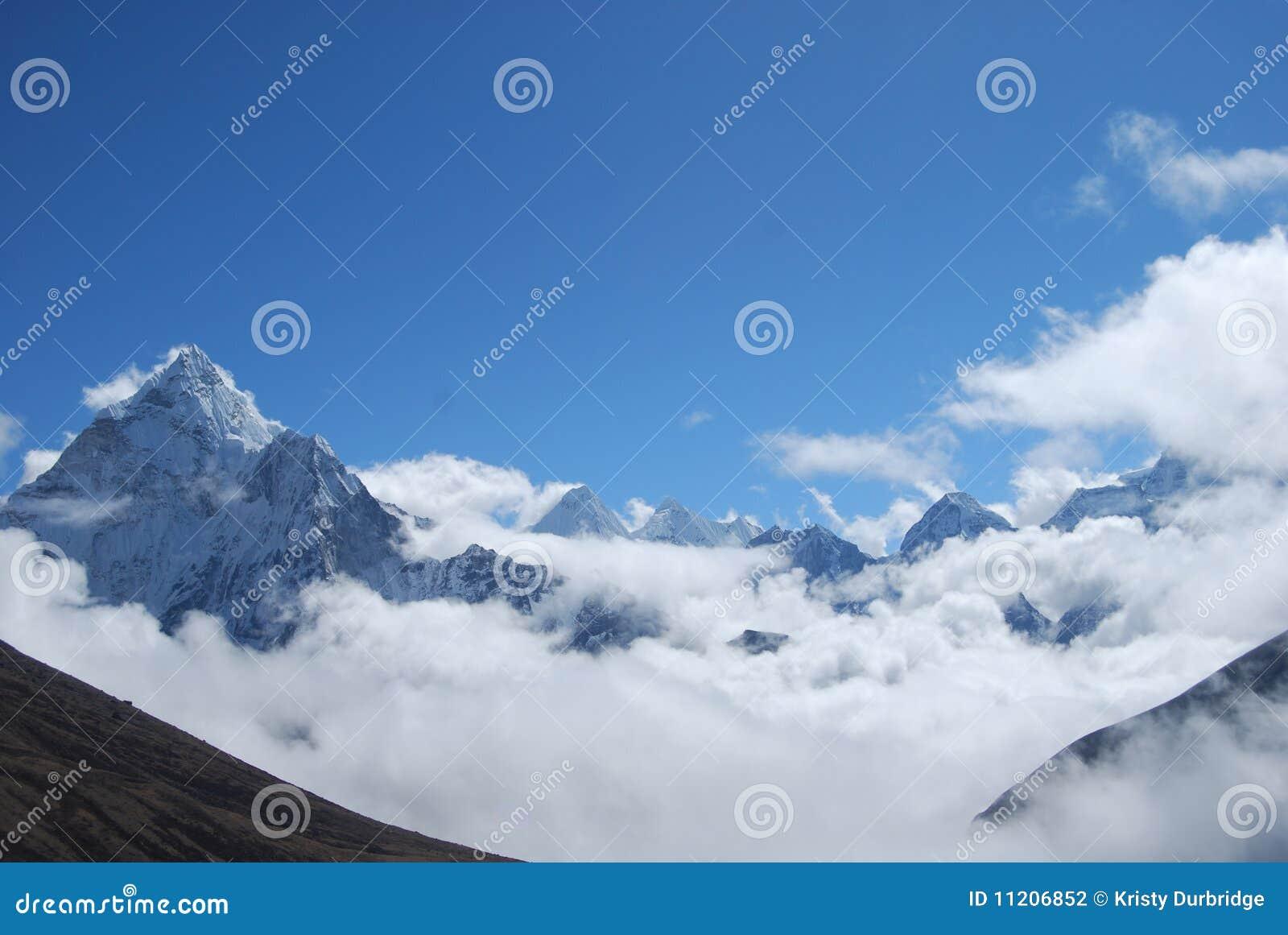 Picos y nubes Himalayan