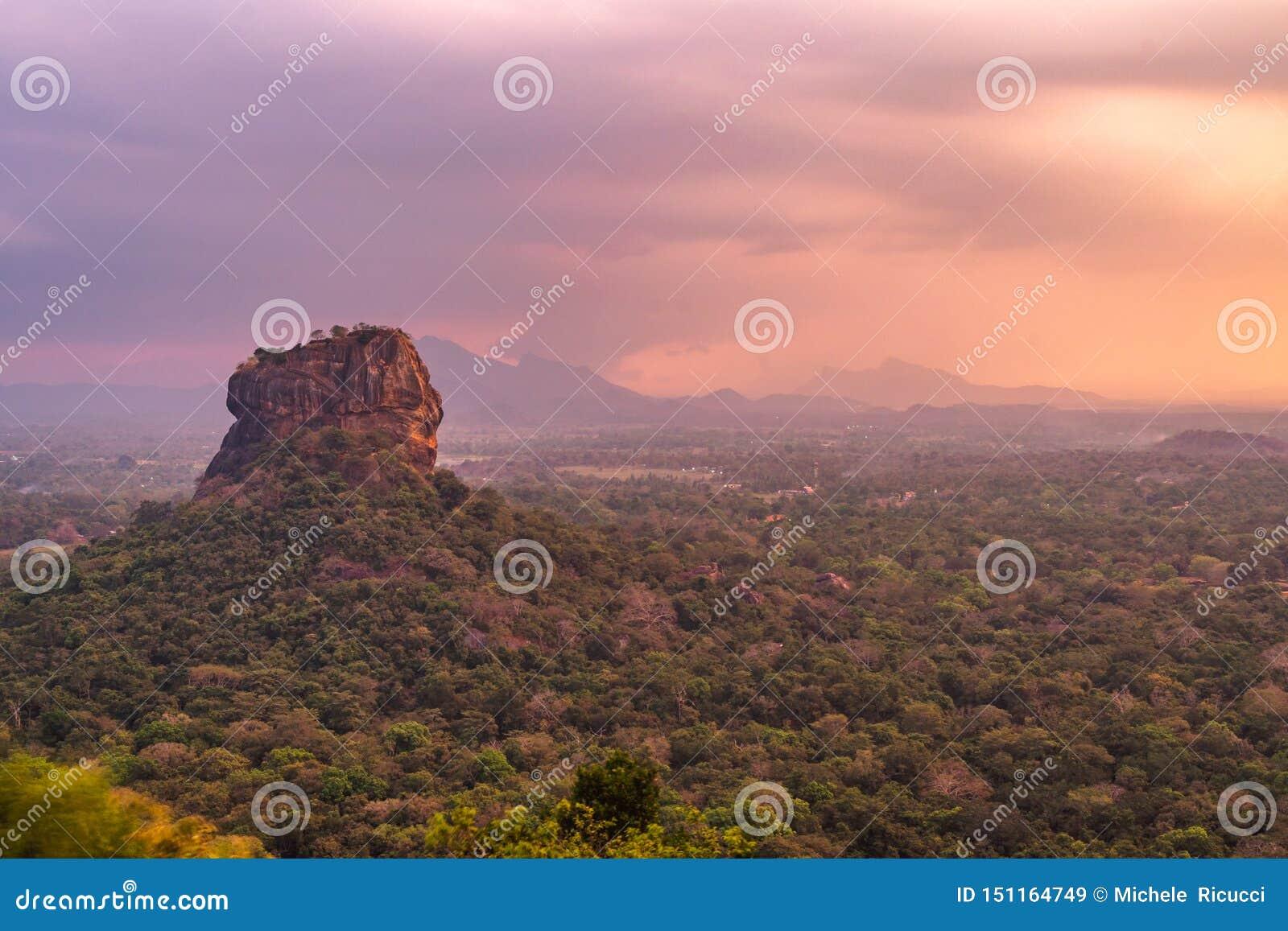 Pidurangala forntida Forest Monastery, Sigiriya, Sri Lanka - sikten av sigiryaen vaggar på solnedgången