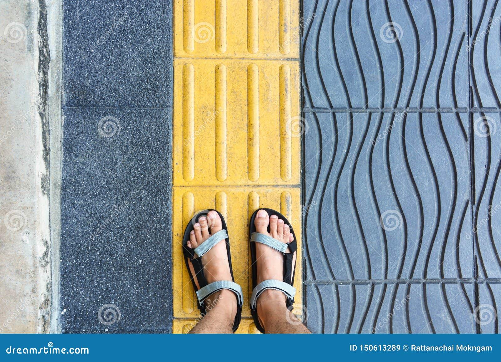 Pie en el carril peatonal para ayudar a gente ciega