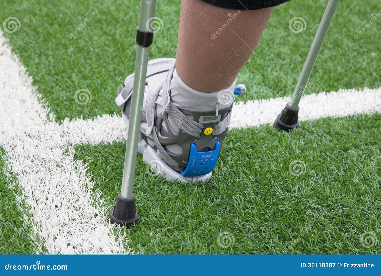 Pie quebrado, muletas - lesión de los deportes