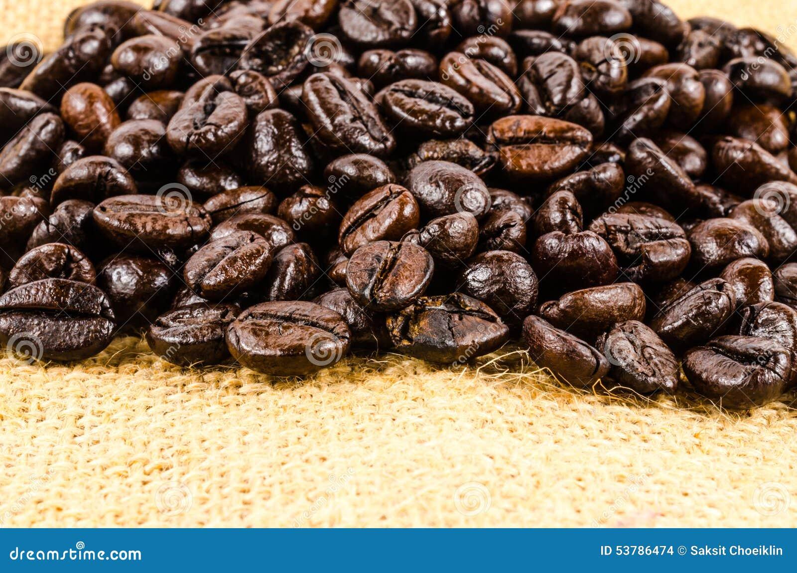 Piec kawowe fasole na workowym płótnie
