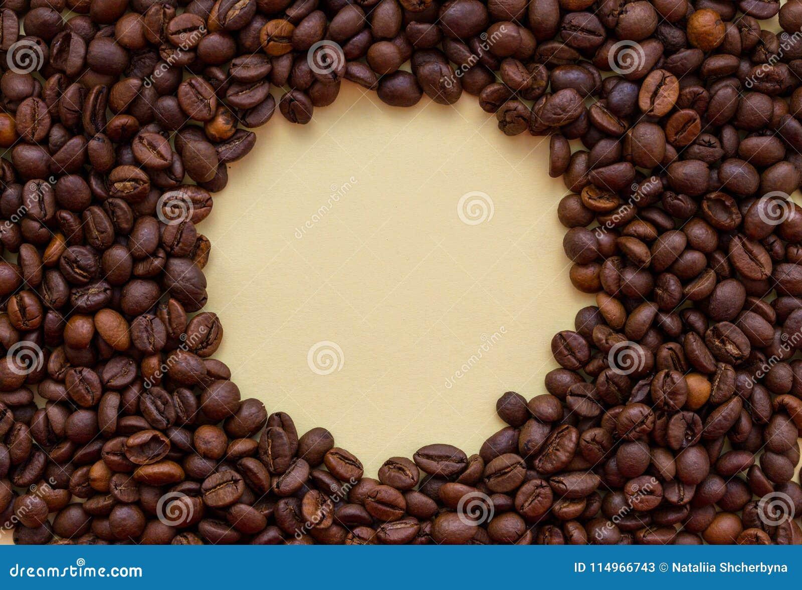 Piec kawowe fasole z okrąg kopii przestrzenią w środku Aromata napoju pojęcie