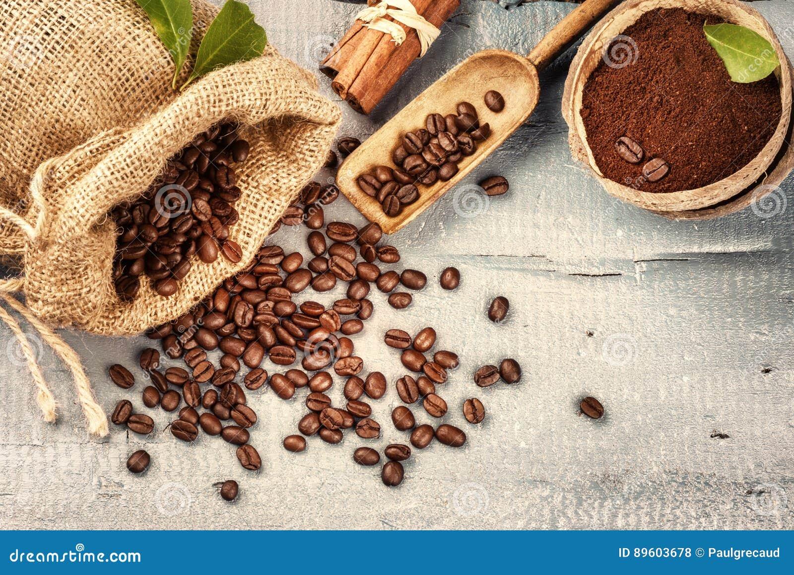 Piec kawowe fasole z zmieloną kawą i cynamonowymi kijami na w