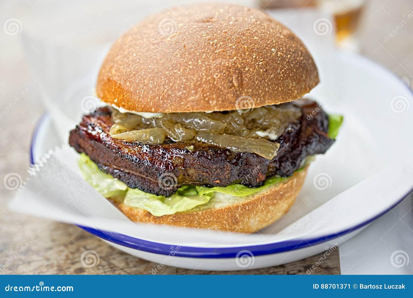 Piec na grillu brisket hamburger